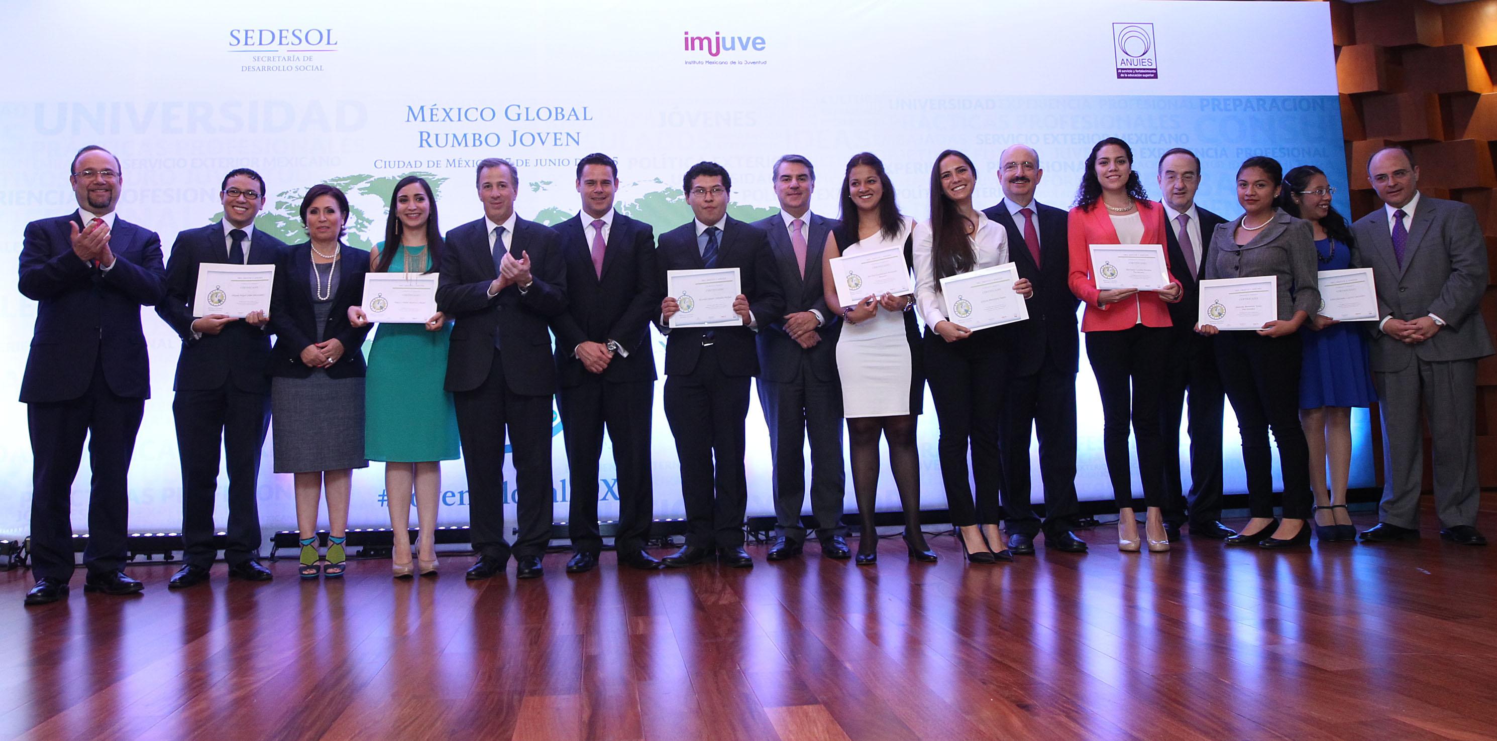 FOTO 3 Canciller Jos  Antonio Meade y funcionarios con estudiantes seleccionados del Programa M xico Global Rumbo Jovenjpg