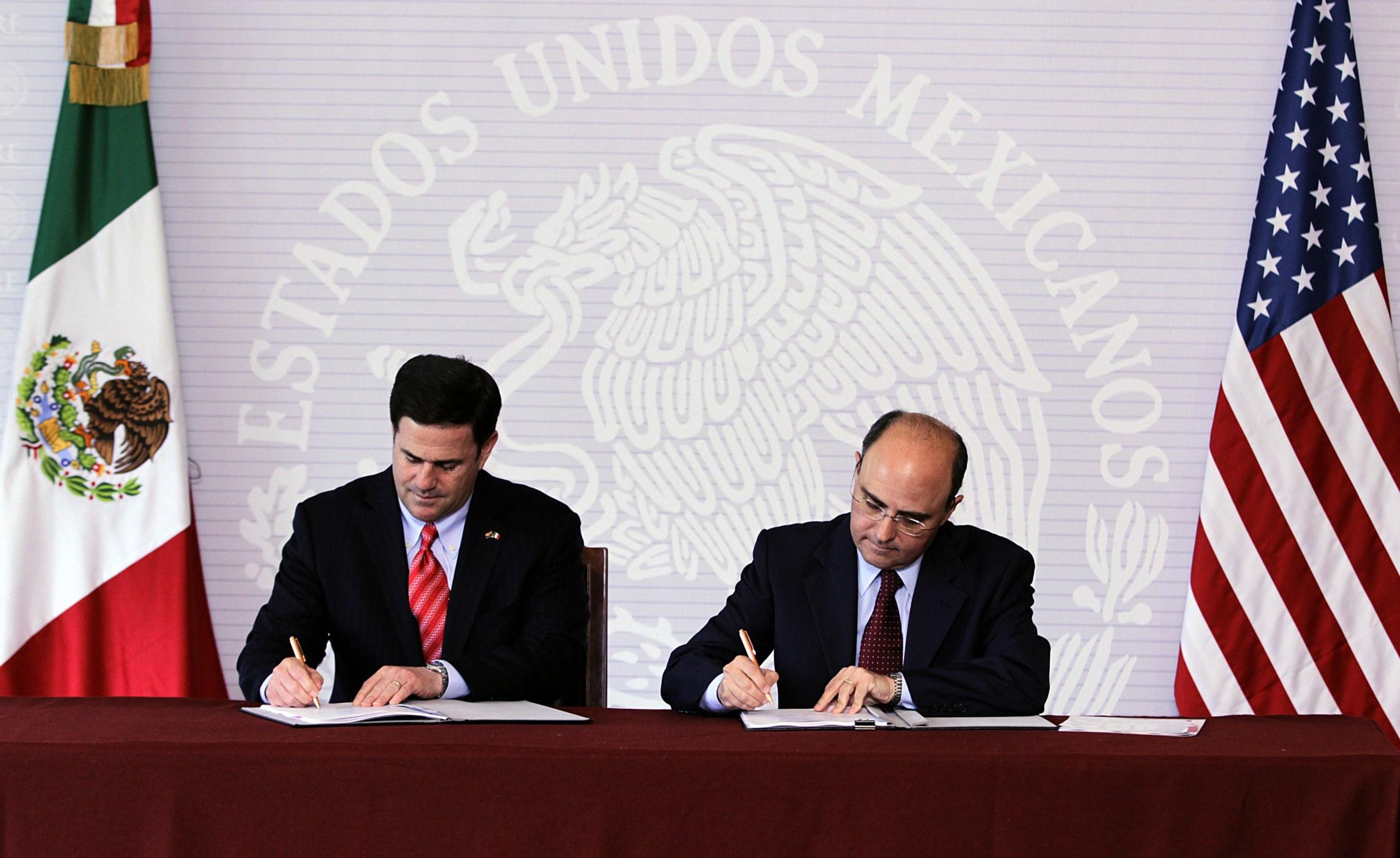 FOTO 1 Subsecretario Sergio Alcocer con el gobernador de Arizona  Doug Duceyjpg