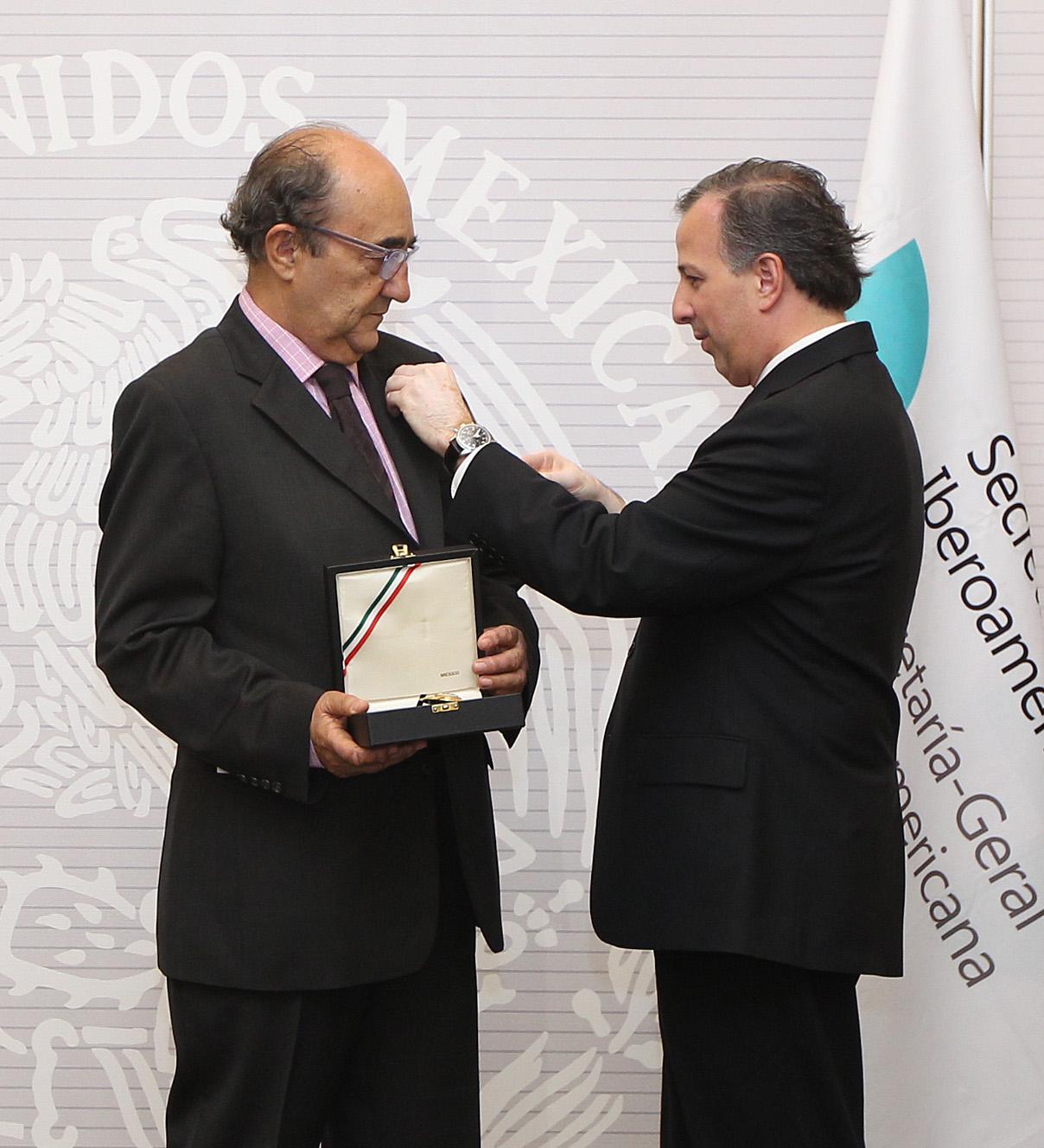 FOTO 1 Canciller Jos  Antonio Meade entrega a Manuel Gued n la Orden Mexicana del  guila Aztecajpg