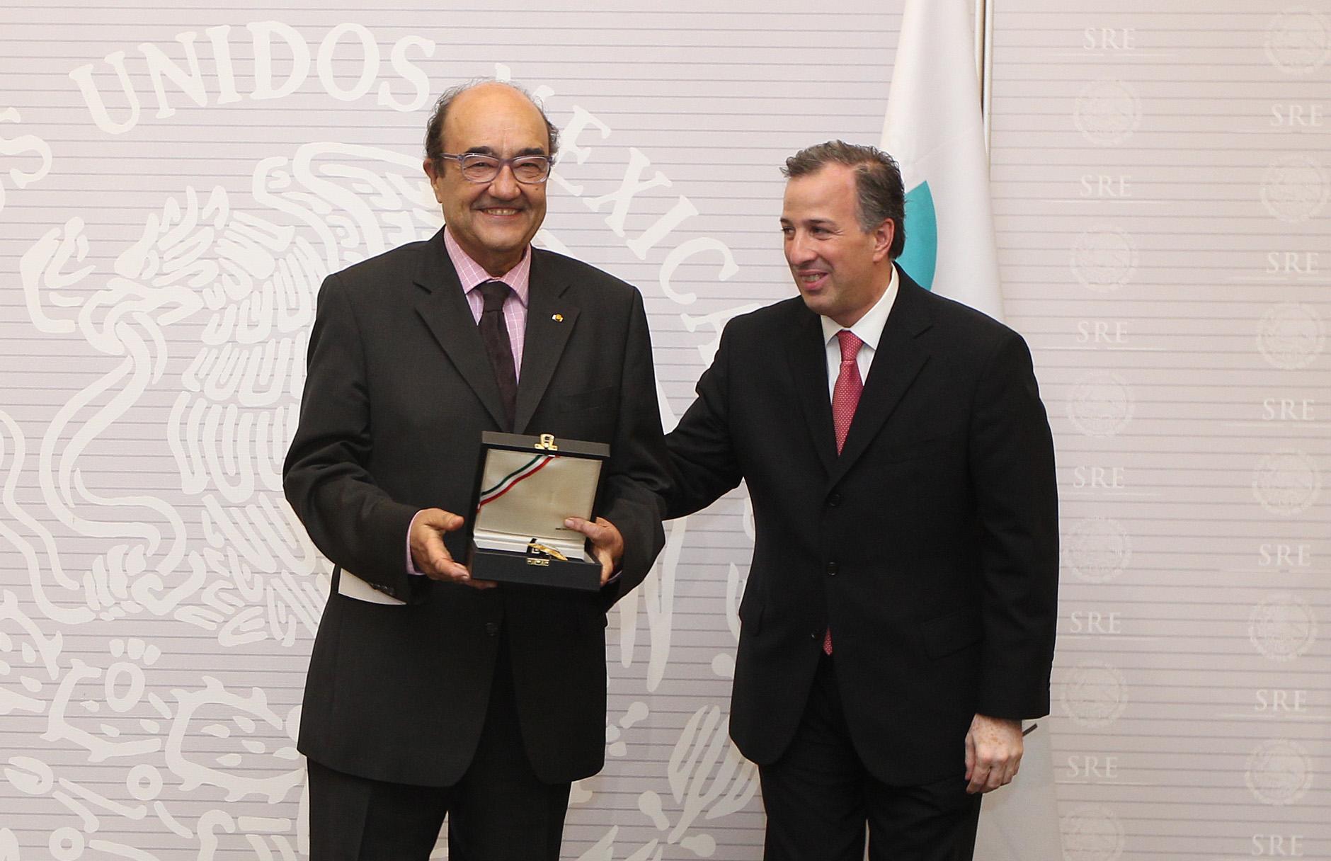 FOTO 2 Canciller Jos  Antonio Meade entrega a Manuel Gued n la Orden Mexicana del  guila Aztecajpg