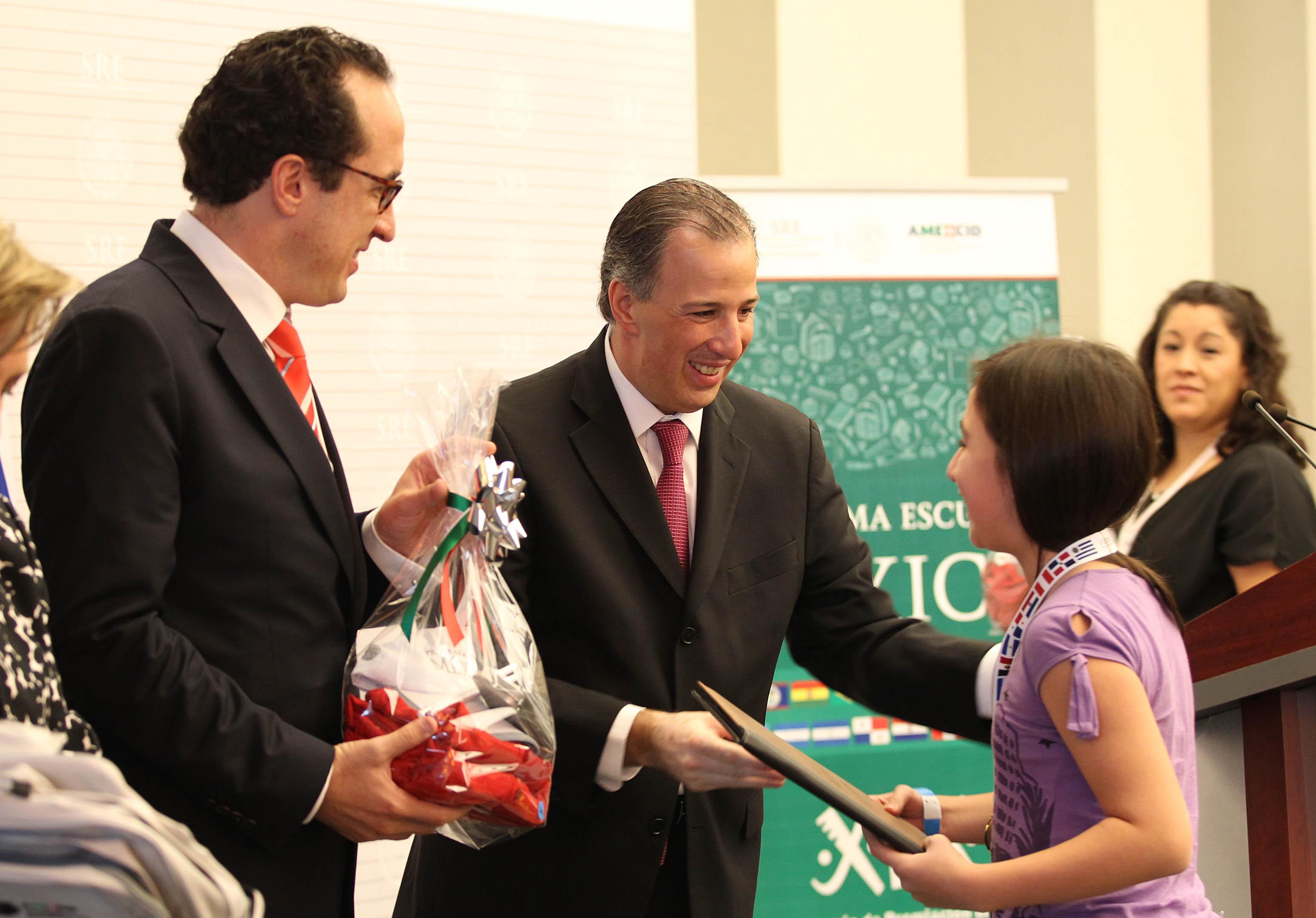FOTO 1 Canciller Jos  Antonio Meade con alumnos del Programa Escuelas M xicojpg