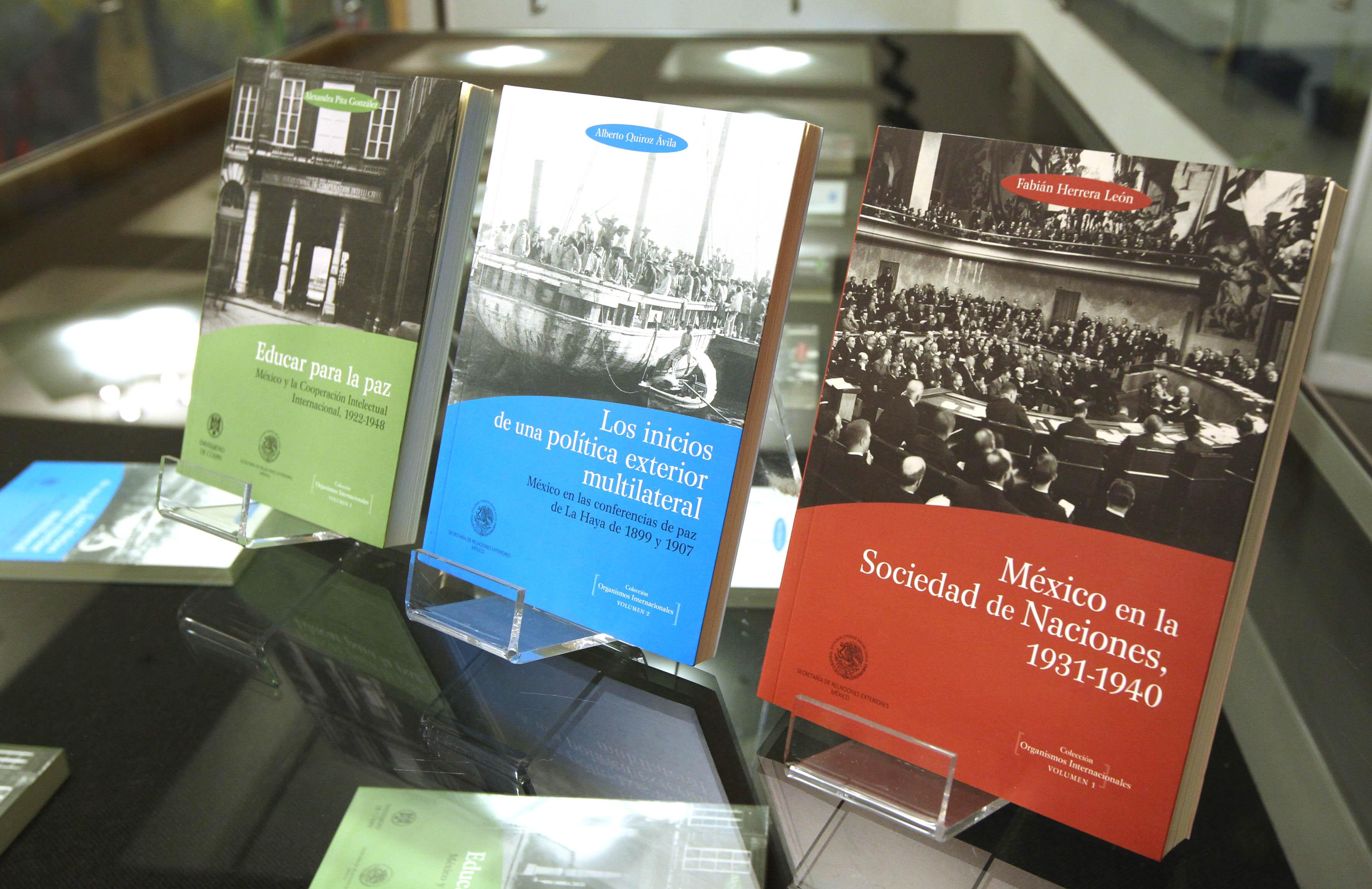 FOTO 2 La SRE present  la colecci n de libros sobre Organismos Internacionalesjpg