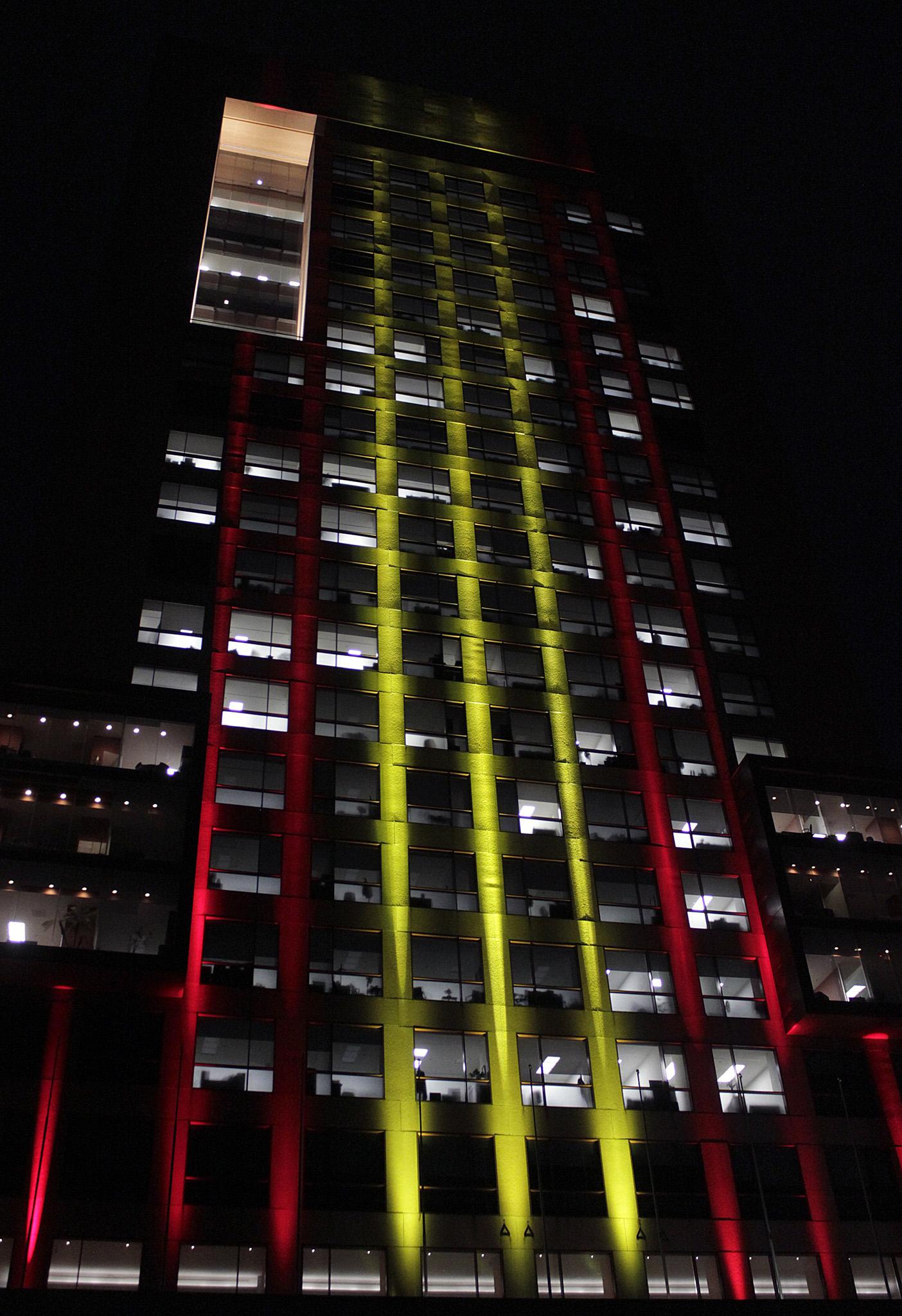 FOTO 1 Edificio de la SRE iluminado con los colores de Espa ajpg