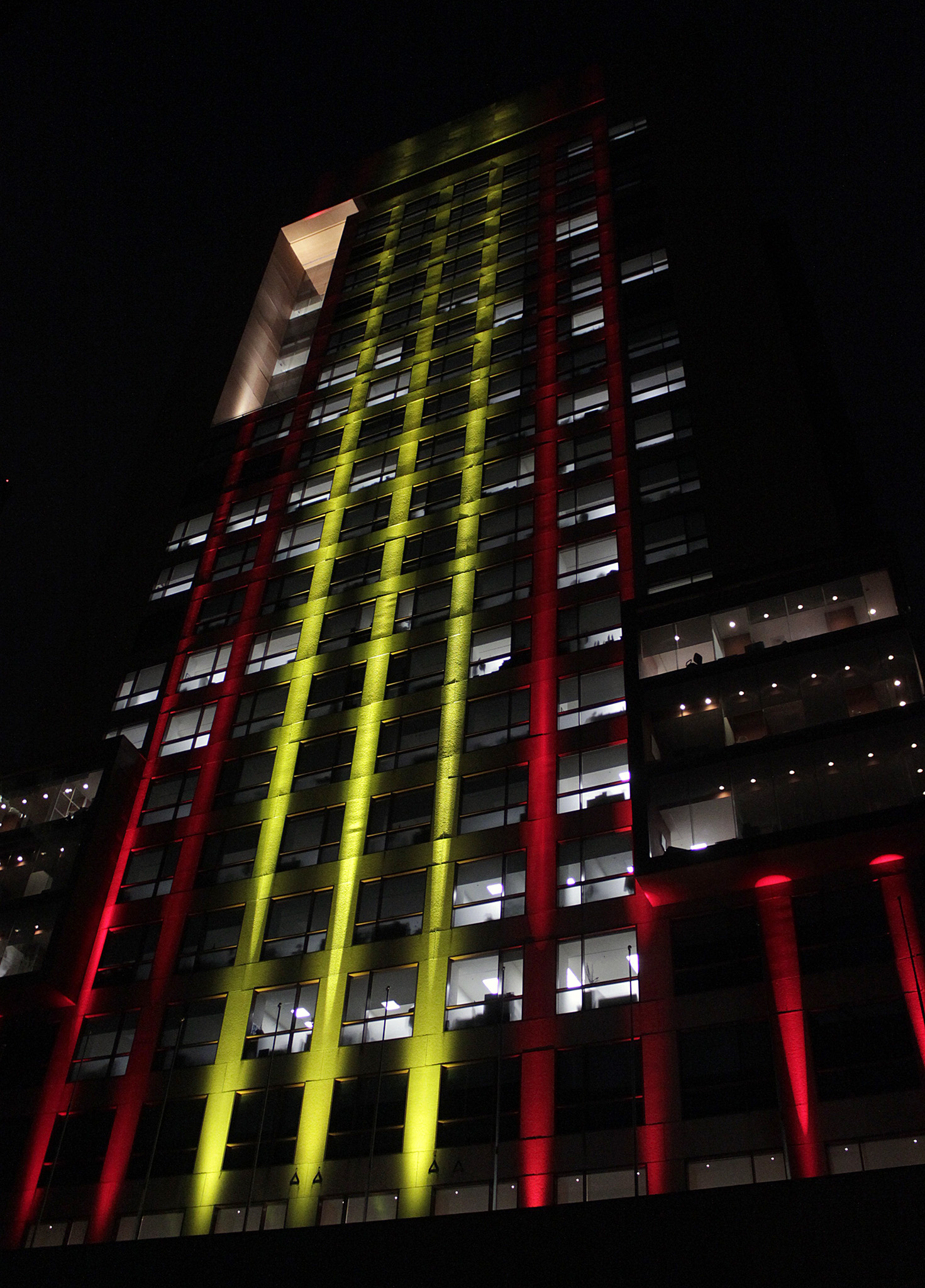 FOTO 2 Edificio de la SRE iluminado con los colores de Espa ajpg