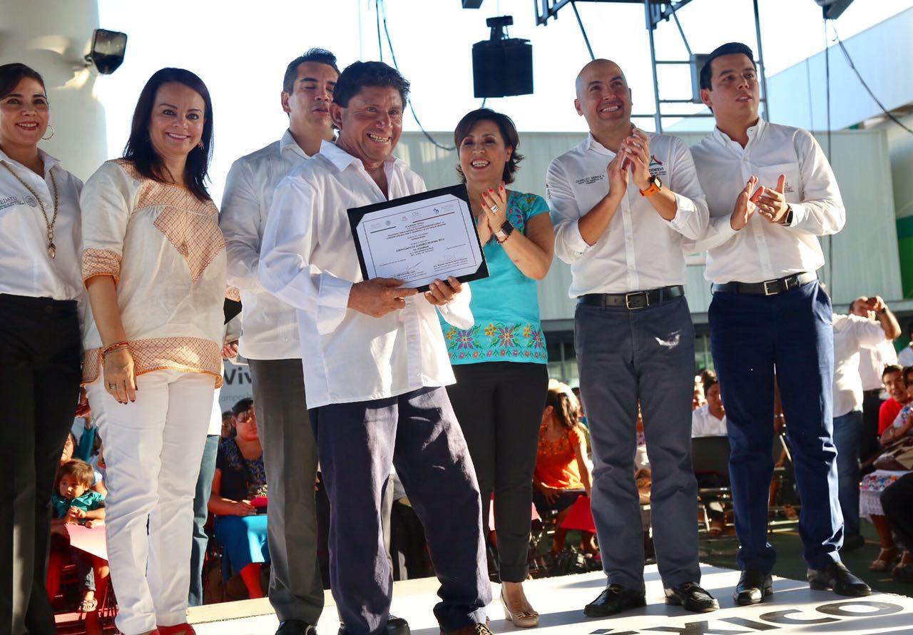 En su gira de trabajo por Campeche, la secretaria Rosario Robles entregó certificados de subsidio de vivienda a migrantes.