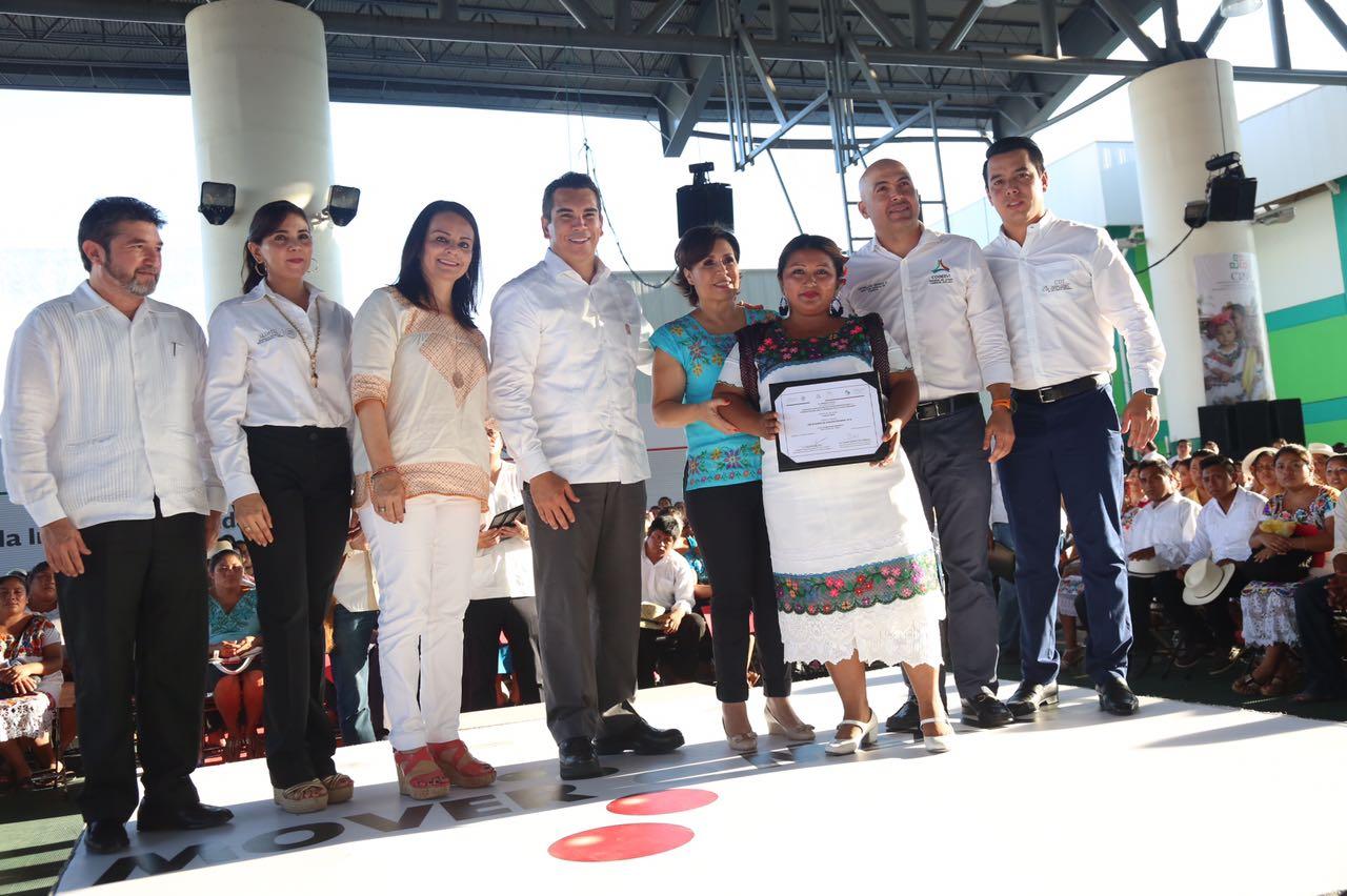 La titular de la SEDATU, Rosario Robles entregó certificados de subsidio de vivienda a habitantes de Campeche.