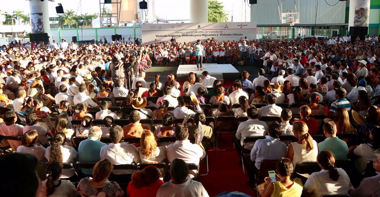 La secretaria Rosario Robles entregó certificados de subsidio de vivienda indígena, vivienda para migrantes y vivienda urbana, durante su gira de trabajo por Campeche.