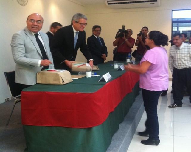FOTO 2 Entrega de recursos del Programa Escuelas M xico  en El Salvadorjpg