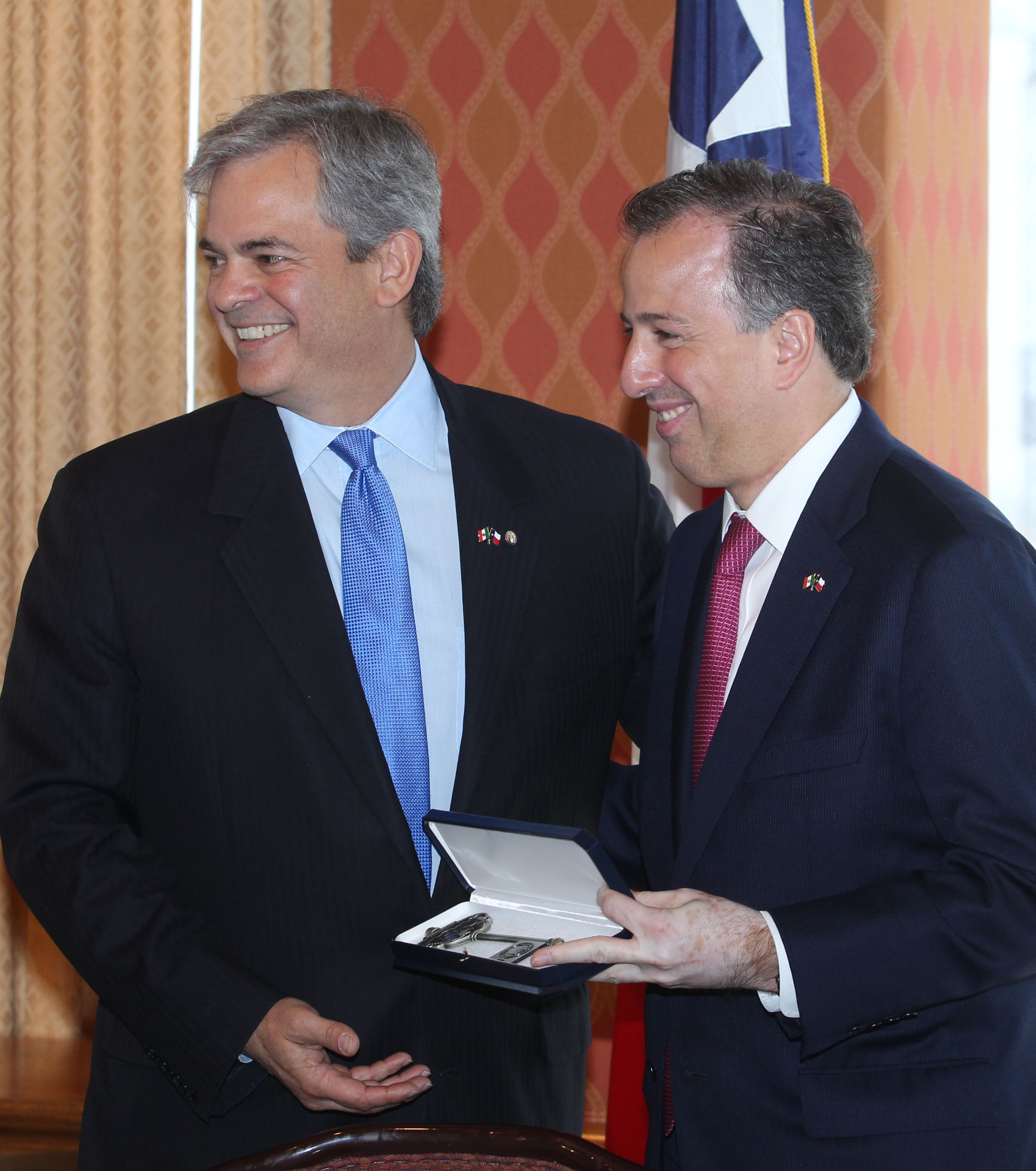 FOTO 3 Canciller Jos  Antonio Meade recibe las llaves de la ciudad de manos del alcalde de Austin  Steve Adler.jpg