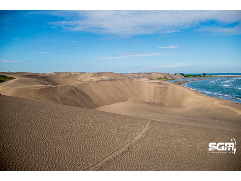 Paisaje geológico entre mar y arena