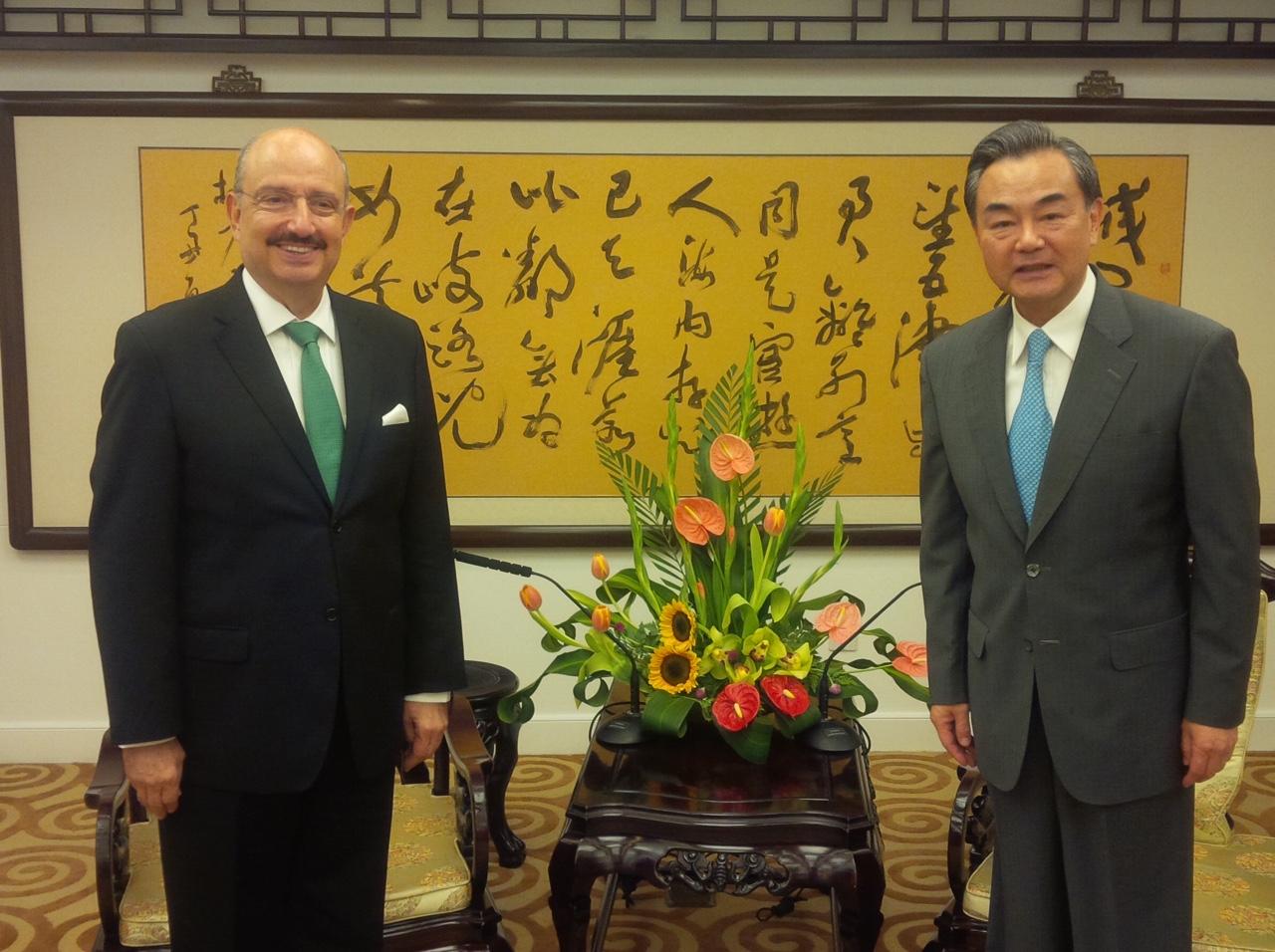 FOTO 1 Embajador Carlos de Icaza con el ministro de Relaciones Exteriores de China  Wang Yi.jpg