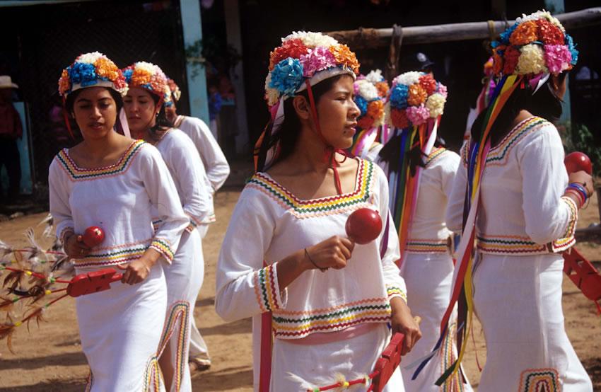Confusiones de los que nos quieren distinguir entre indios y mexicanos. - Página 2 Cdi-mayos-93150