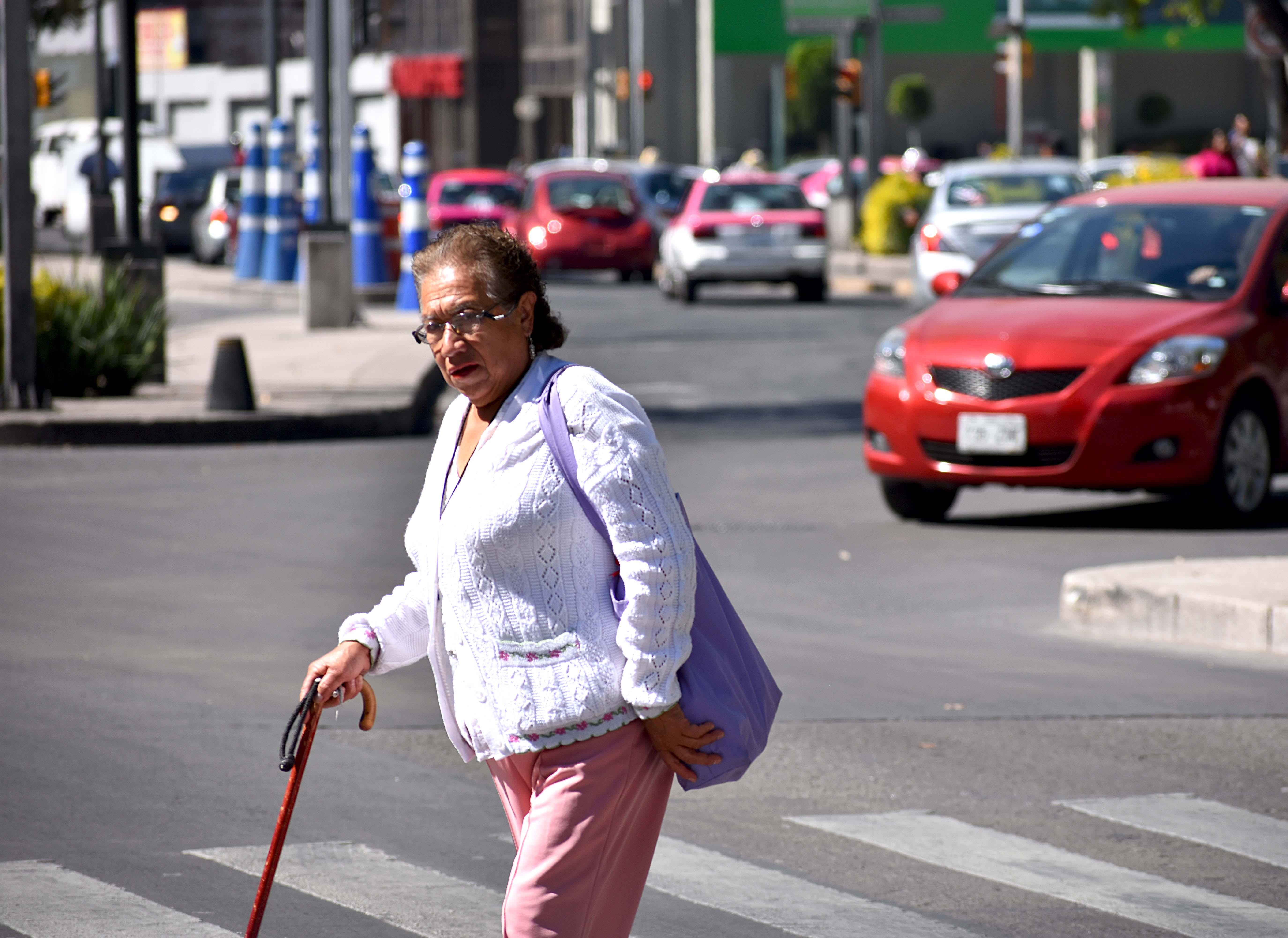 Población mayor de 60 años vive una década de su vida con enfermedades que los incapacitan