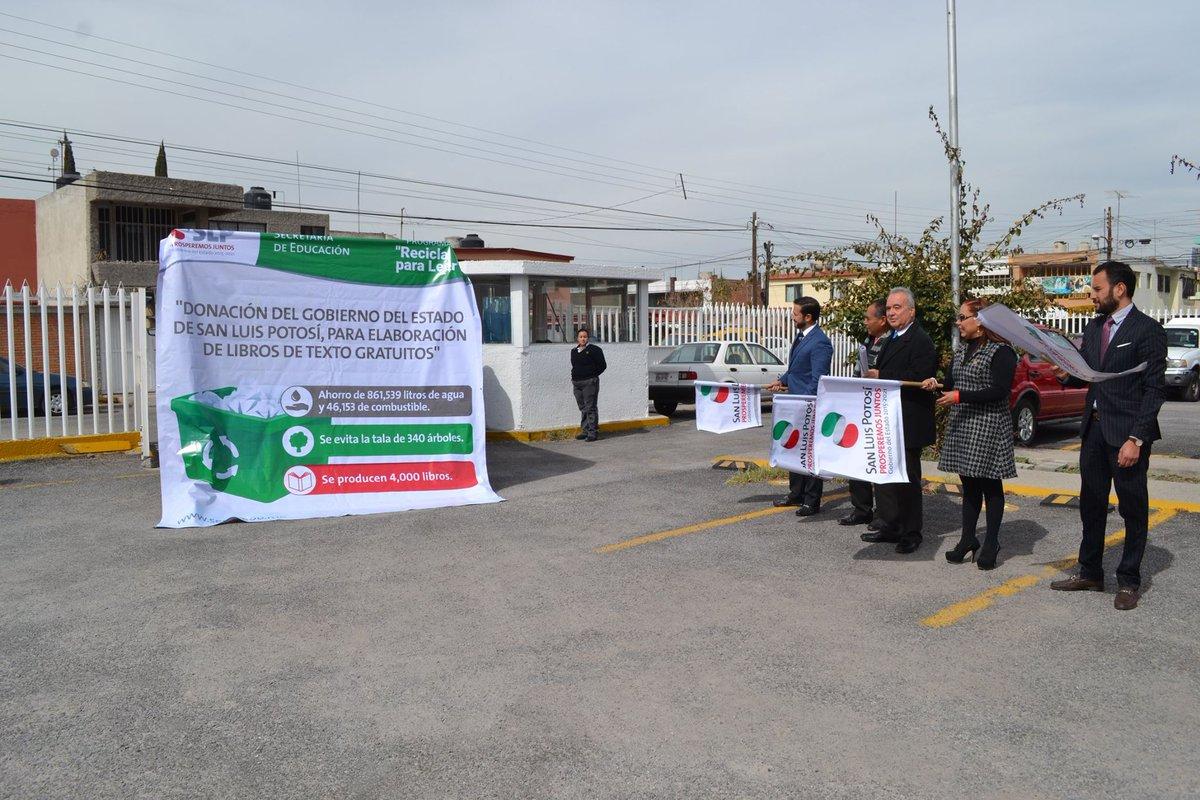 Autoridades estatales y de la Conaliteg se reúnen para recibir la donación de papel reciclable.