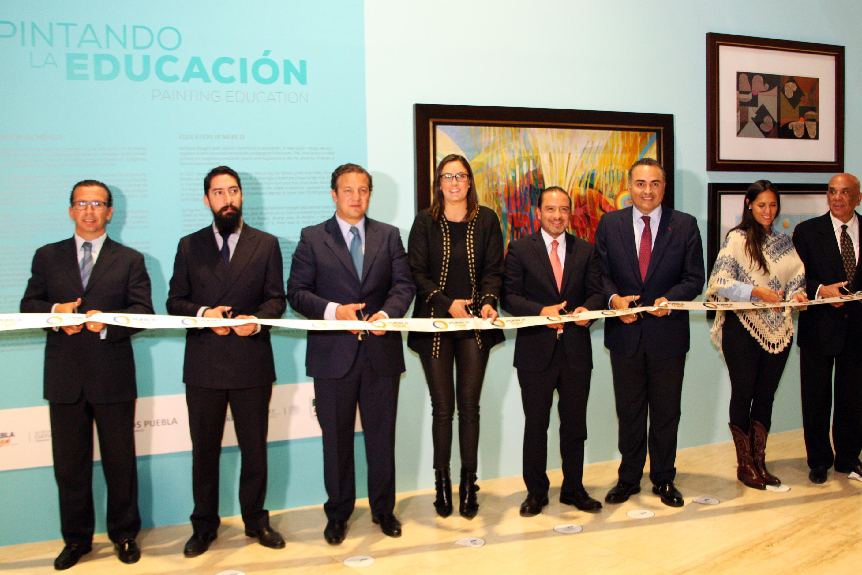 Autoridades educativas y culturales cortan el listón para dar inicio a la exposición.