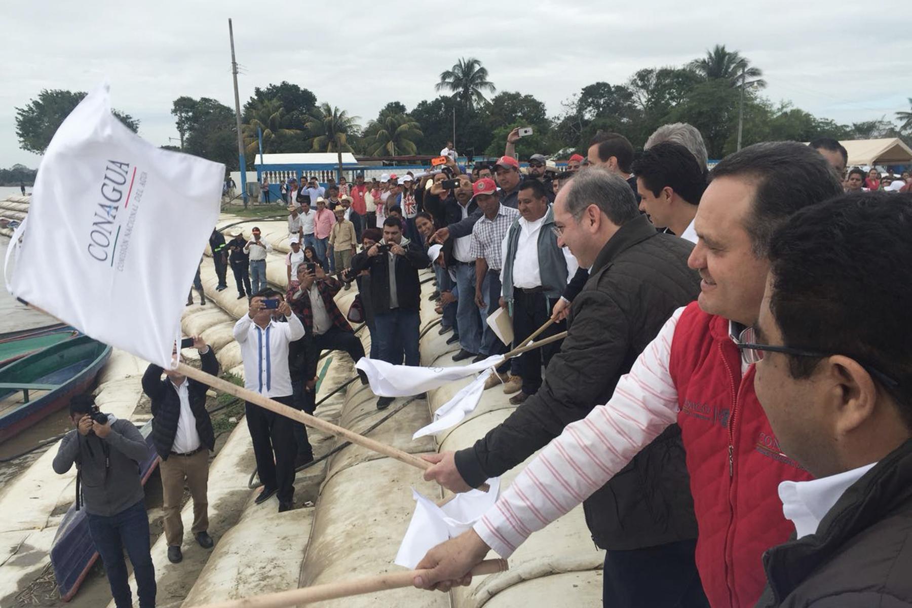 Banderazo de inicio de la construcción de la segunda etapa de las obras de protección de la margen derecha del río Papaloapan y el río San Juan en Tlacotalpan, Veracruz.