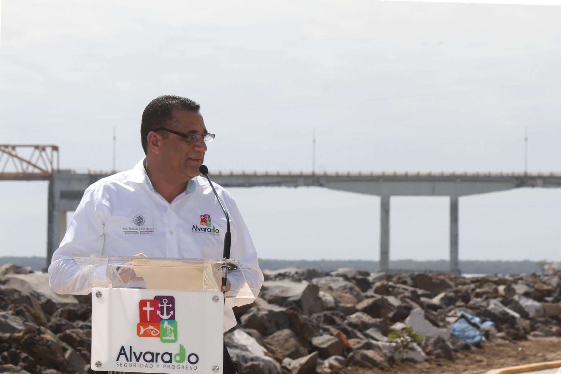 El Presidente Municipal de Alvarado, Bogar Ruiz Rosas, agradeció el interés del Gobierno de la República por atender una de las más sensibles necesidades de la población de este municipio, que año con año se veían afectados por las crecidas del río Papaloapan.