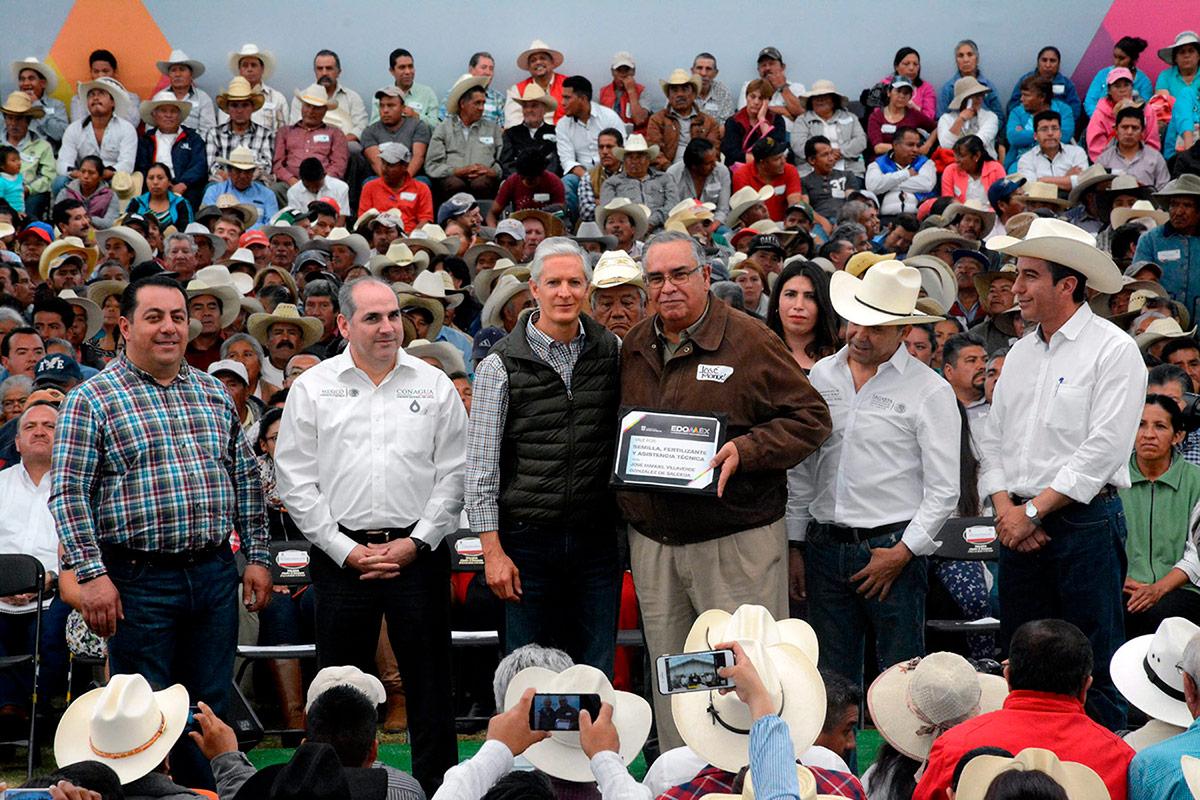 El Director General de la Conagua, Roberto Ramírez de la Parra, y el gobernador del Estado de México, Alfredo del Mazo Maza, estuvieron en Temascalcingo, donde entregaron apoyos a los agricultores para el inicio del ciclo agrícola 2018.