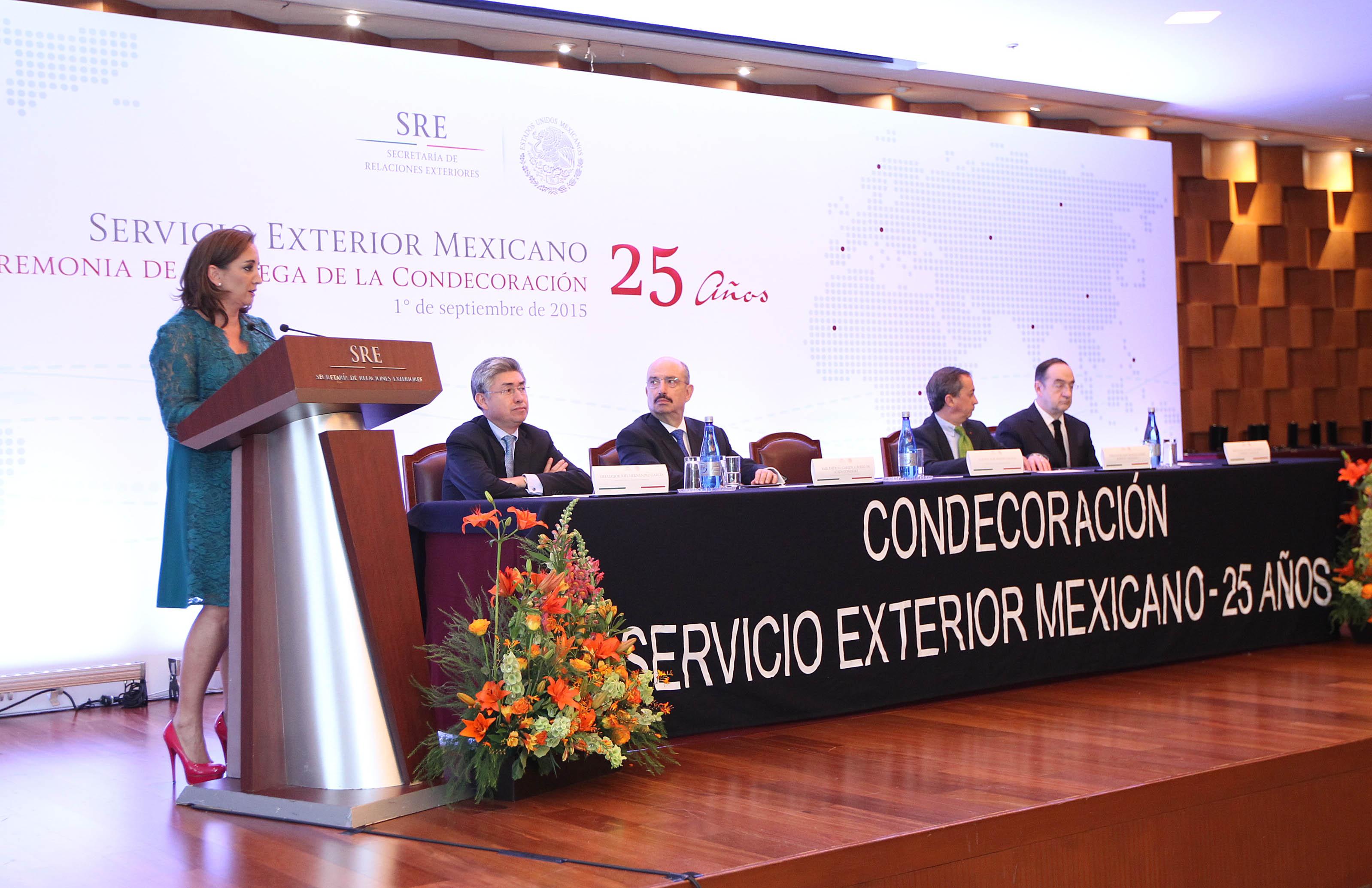 FOTO 2 La canciller Claudia Ruiz Massieu entreg  condecoraciones por 25 a os de servicio a integrantes del SEM.jpg