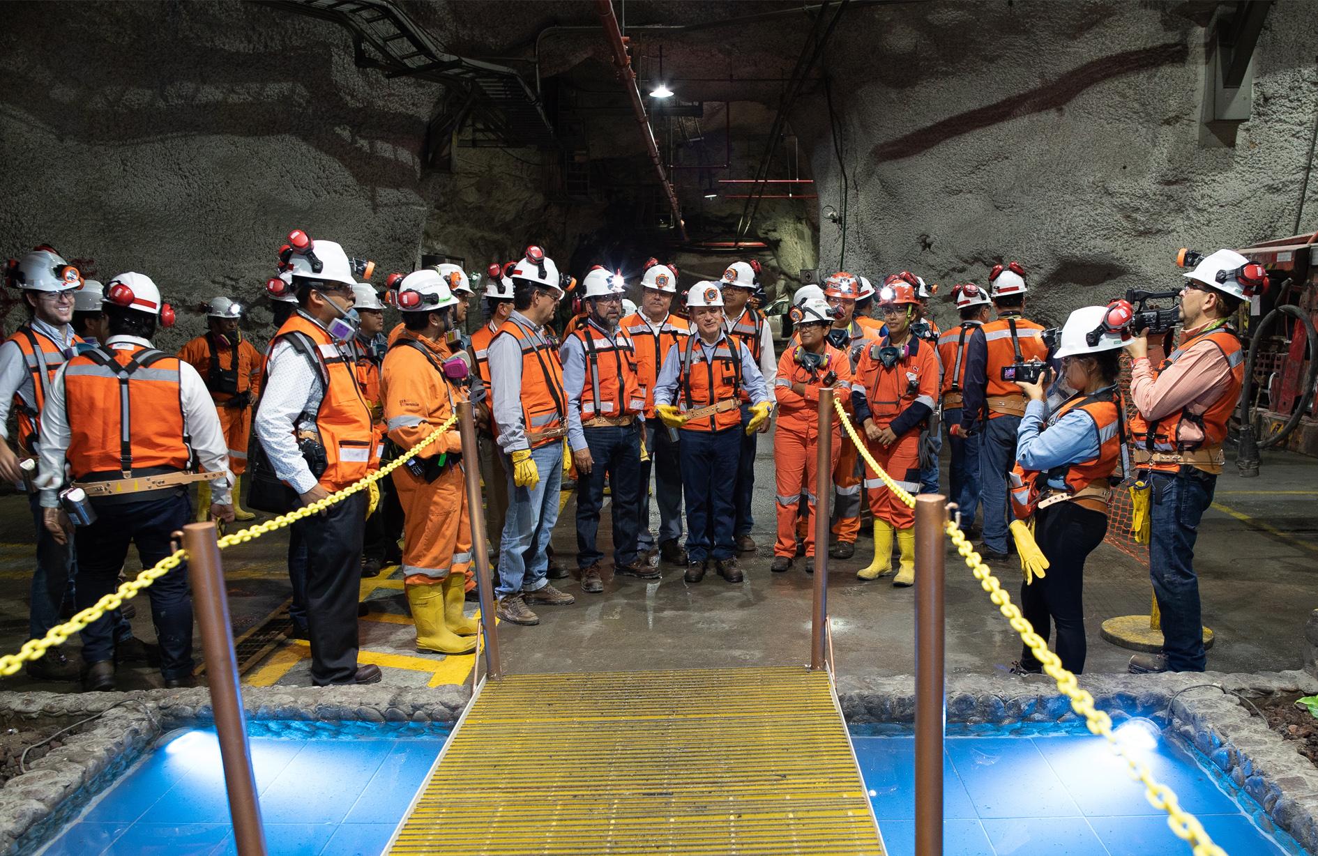 El Titular de la STPS Roberto Campa posando durante el Recorrido mina Velardeña-Peñones en el Día Mundial de la Seguridad y Salud en el Trabajo 2018