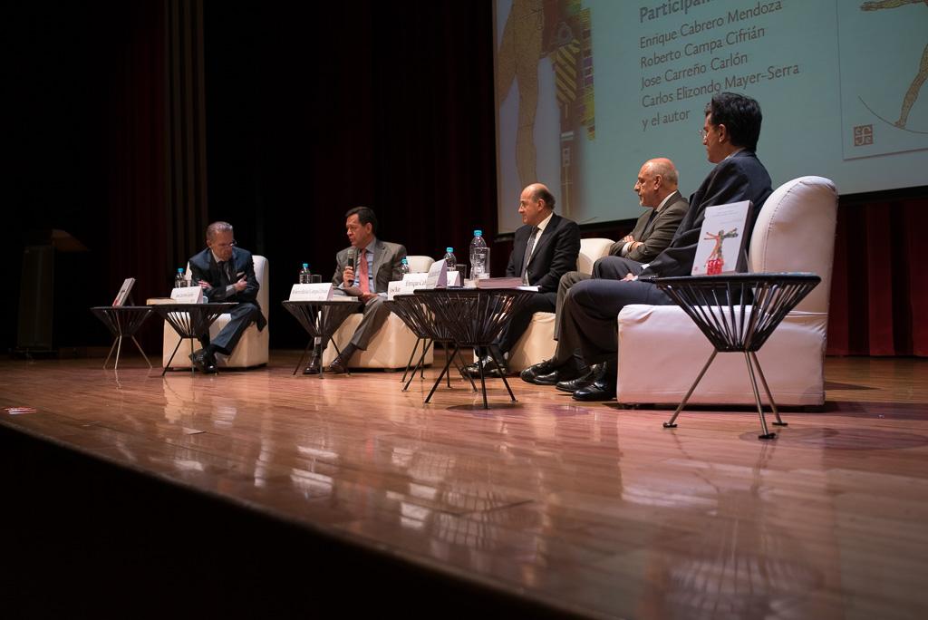 """Foto lateral  del podium de la presentación del libro """"La Gran Transición, Retos y Oportunidades del Cambio Tecnológico Exponencial"""" de José Ramón López Portillo"""