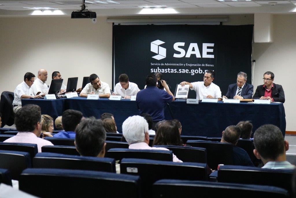 Aspecto del auditorio del Servicio de Administración y Enajenación de Bienes donde se reunieron autoridades de la institución y personas interesadas en la compra de inmuebles.