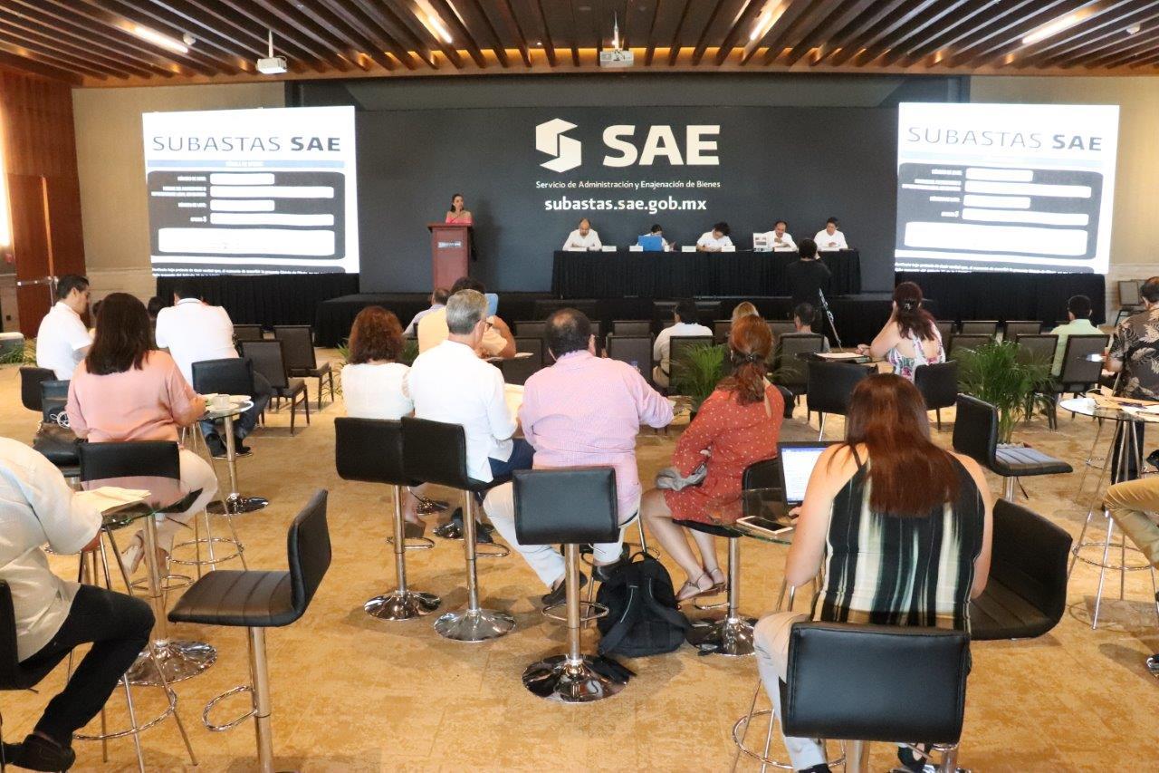 En el segundo día del evento comercial, dedicado a los inmuebles, la imagen muestra el desarrollo de la apertura de ofertas presentadas en sobre cerrado.