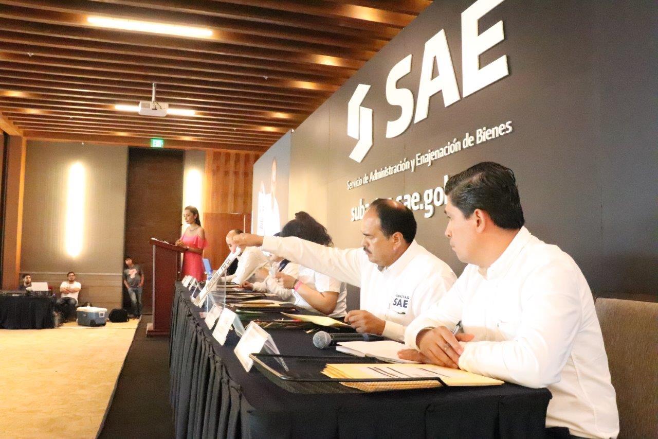 Personal del área de comercialización del Servicio de Administración y Enajenación de Bienes del SAE en plena apertura y presentación pública de las ofertas de compra de inmuebles.