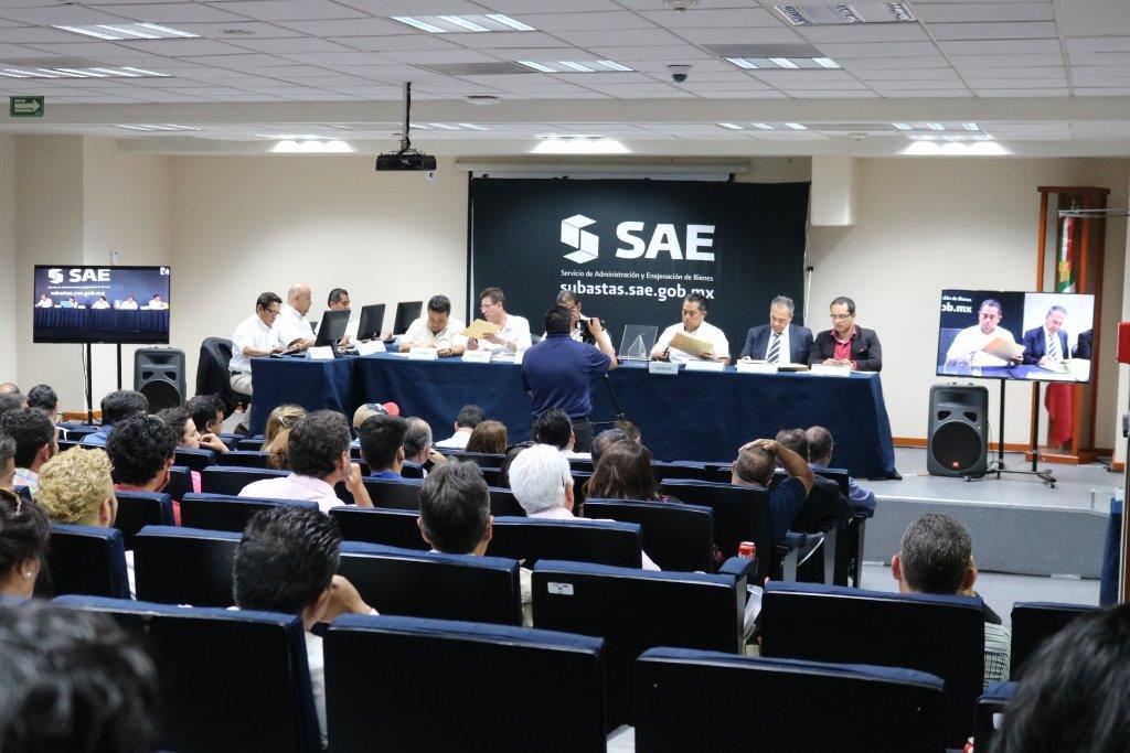 También en la ciudad de México se reunieron compradores de los inmuebles que ofrece en venta el Servicio de Administración y Enajenación de Bienes.