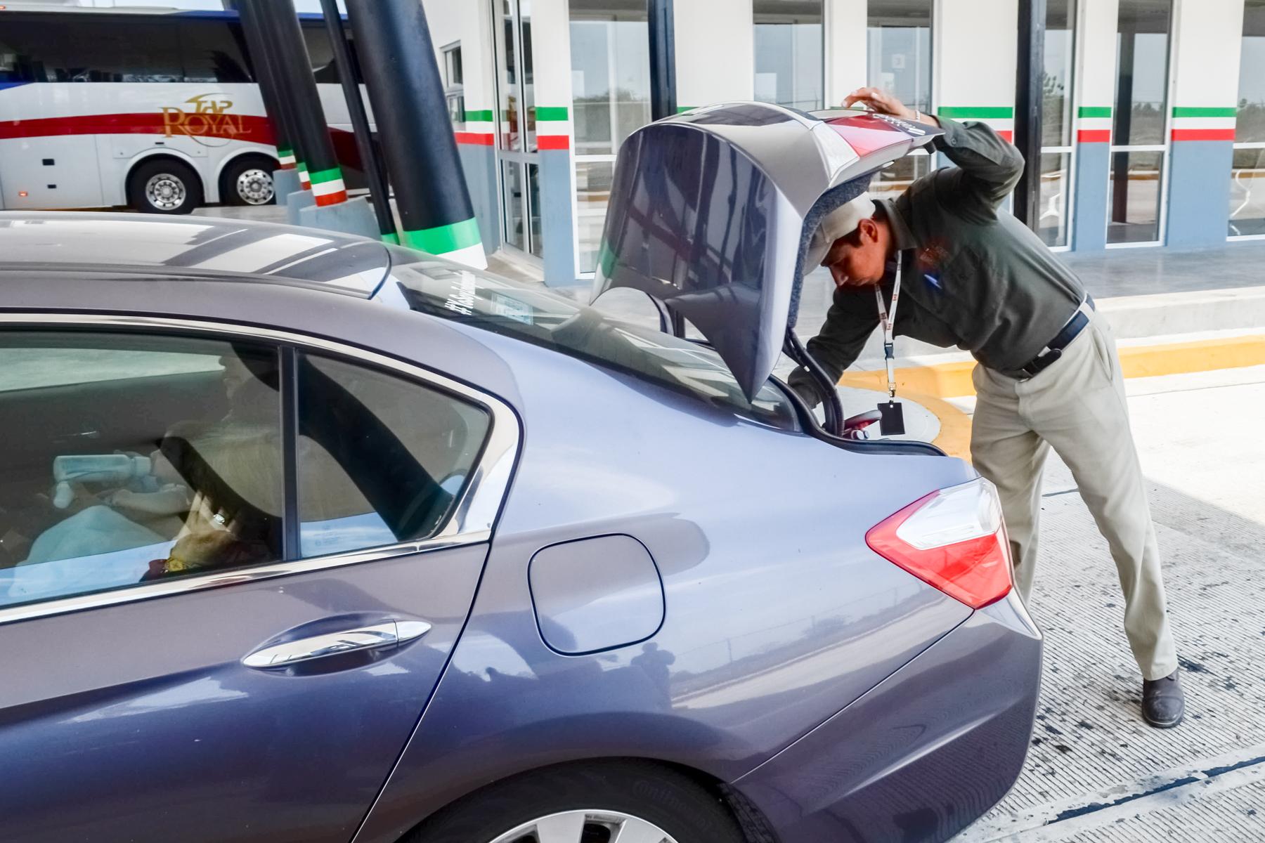 Oficiales revisan automóviles particulares