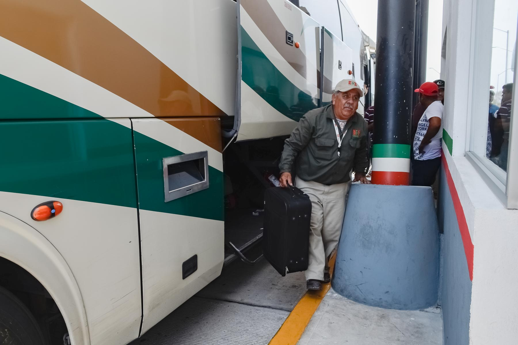 Oficiales revisan equipajes en el transporte público