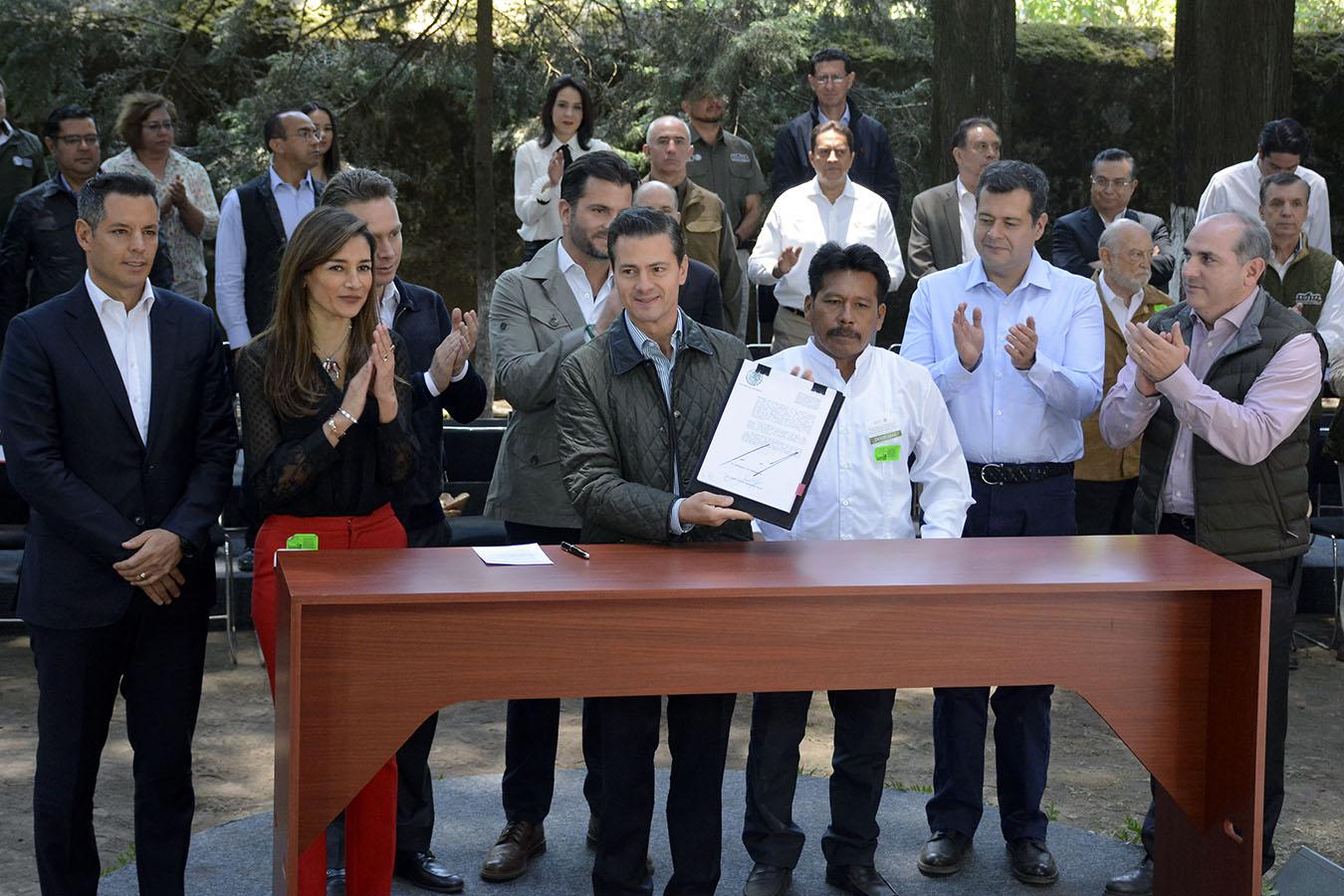 Con los Decretos firmados hoy por el Presidente Enrique Peña Nieto, nuestro país tendrá un volumen de reserva de agua para uso ambiental y público urbano de 170 mil 379 millones de metros cúbicos, que significa garantizar agua suficiente para más de 18 millones de mexicanos que aún no han nacido, sostuvo el Director General de la Comisión Nacional del Agua (CONAGUA), Roberto Ramírez de la Parra.