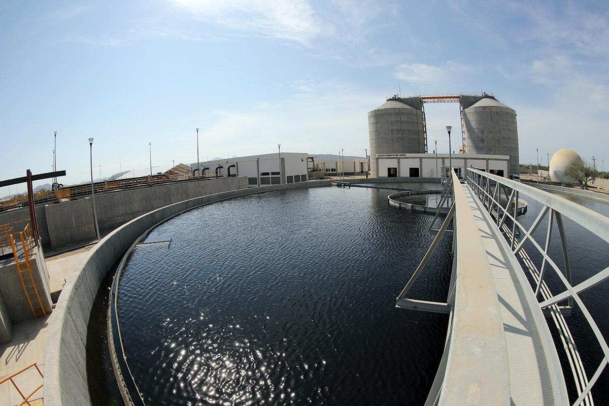 La planta de tratamiento de aguas residuales de La Paz beneficia a más de 215 mil habitantes y aumenta la cobertura de saneamiento en esa ciudad de 74 a 100 por ciento.