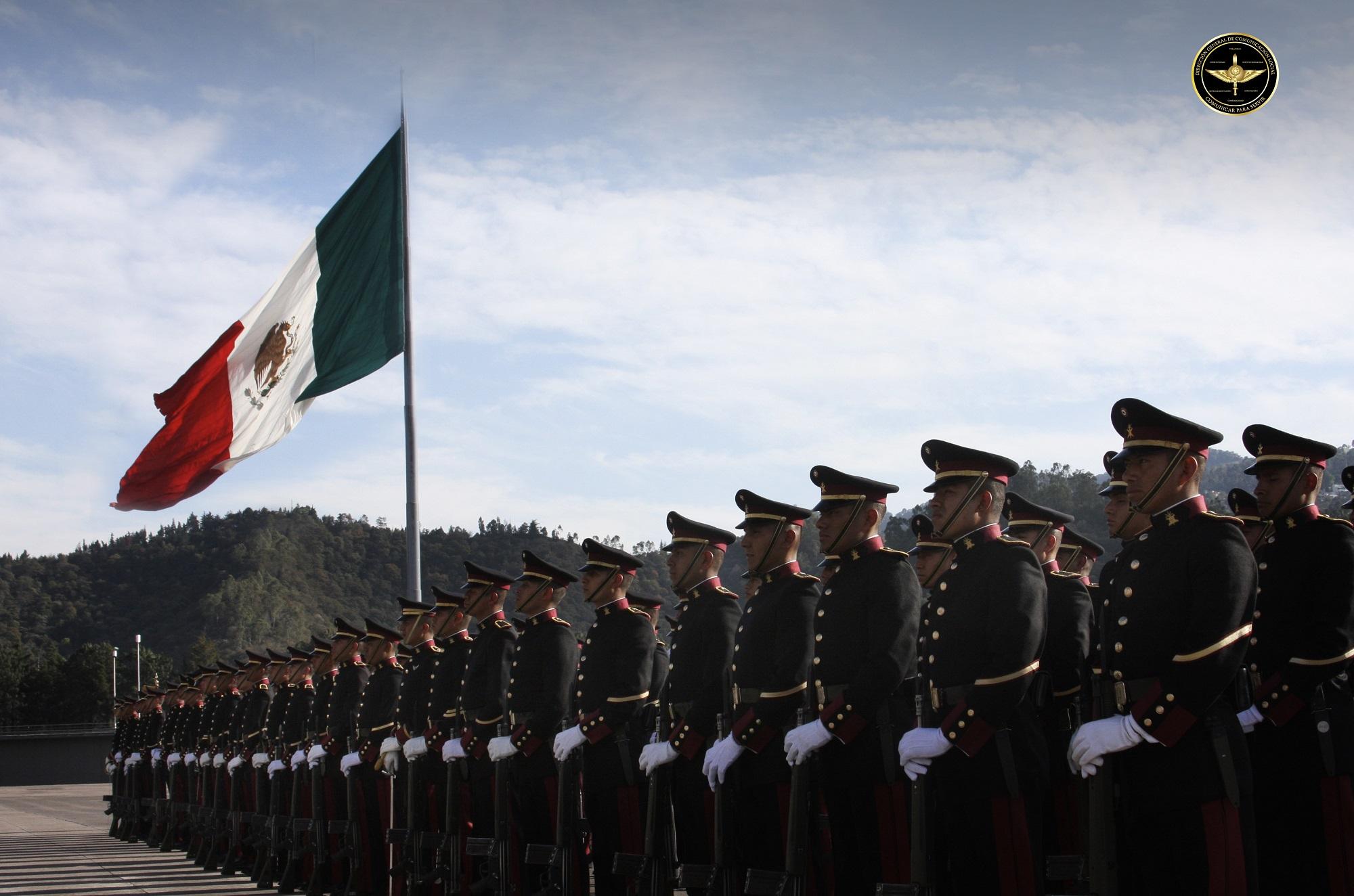 Cadetes del Heroico Colegio Militar y bandera de México.