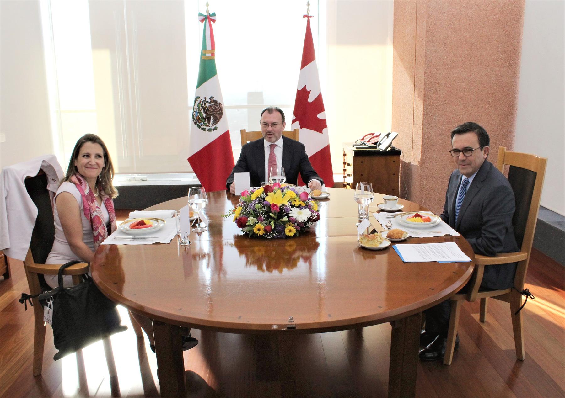 Secretario Ildefonso Guajardo, el Canciller Luis Videgaray y la Ministra Chrystia Freeland, previo al mensaje a medios