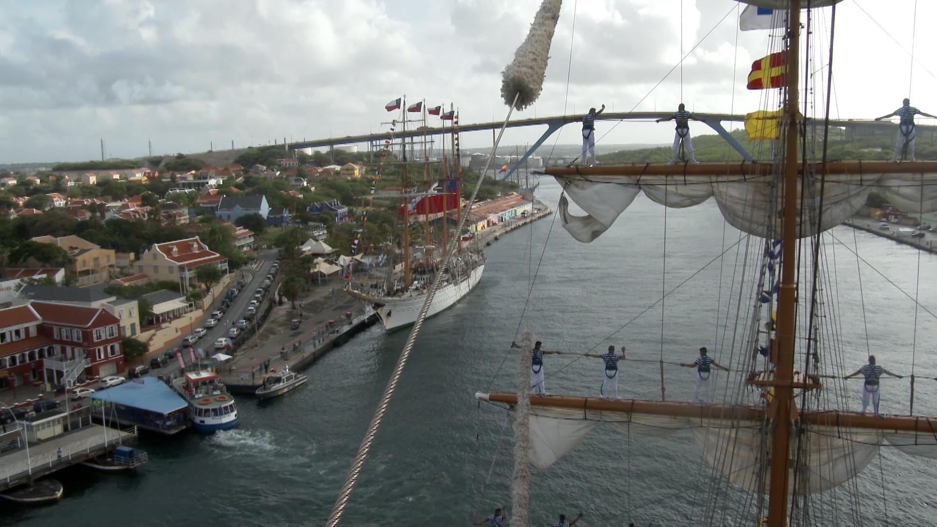 Vista desde buque velero y marinos maniobrando