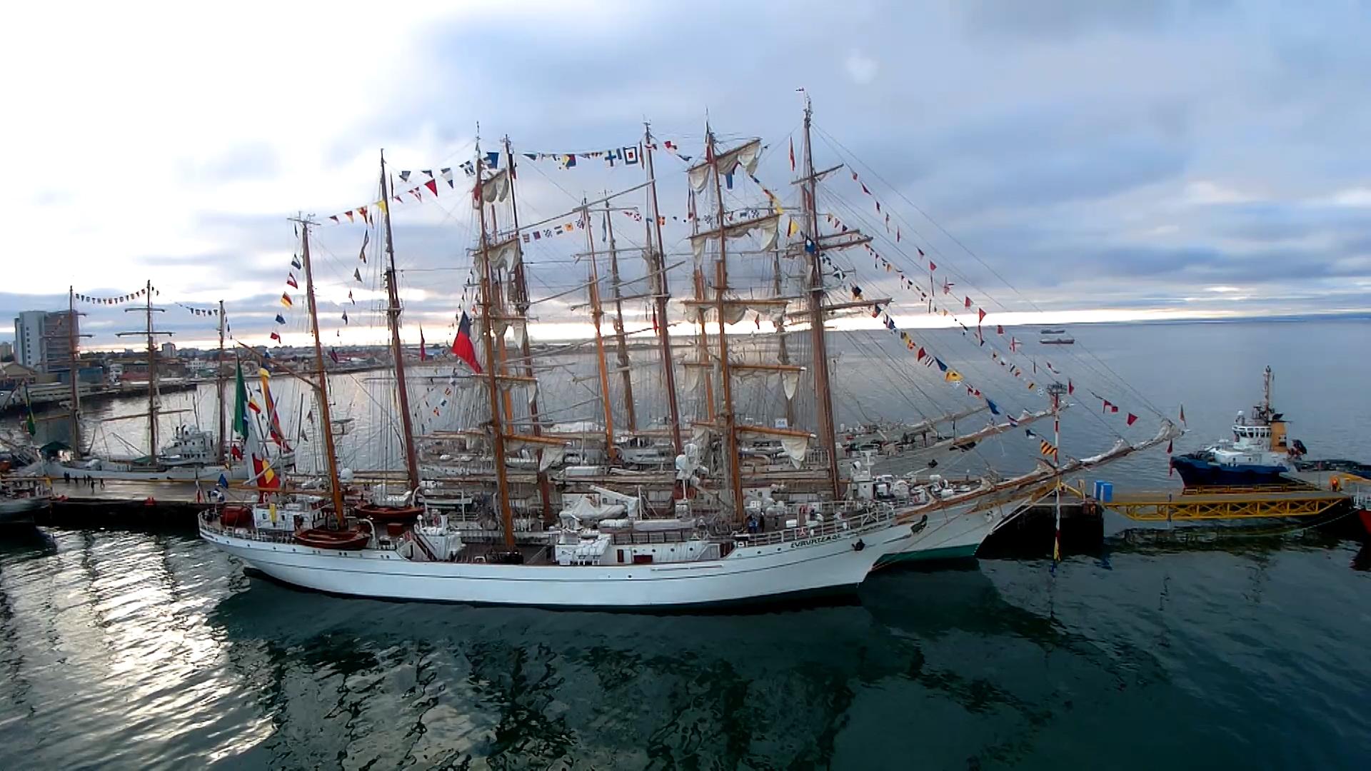 Grandes Veleros a flote durante regata