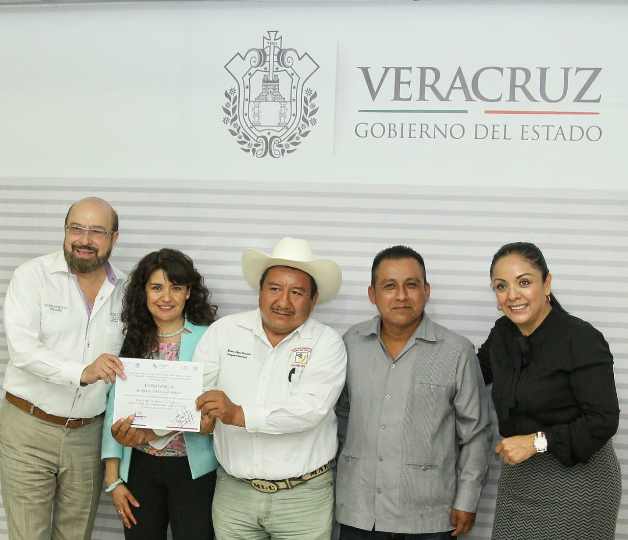 Entrega de reconocimientos a participantes en Veracruz.