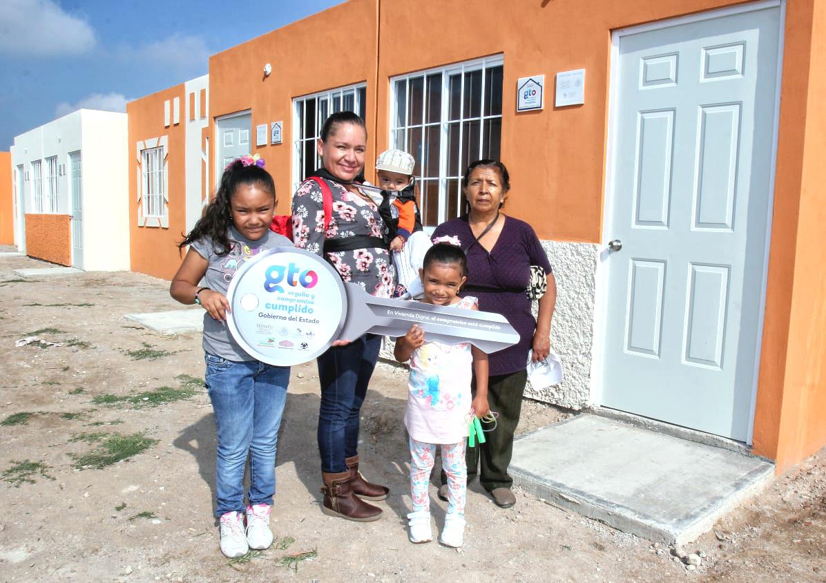 Familia recibiendo su vivienda.