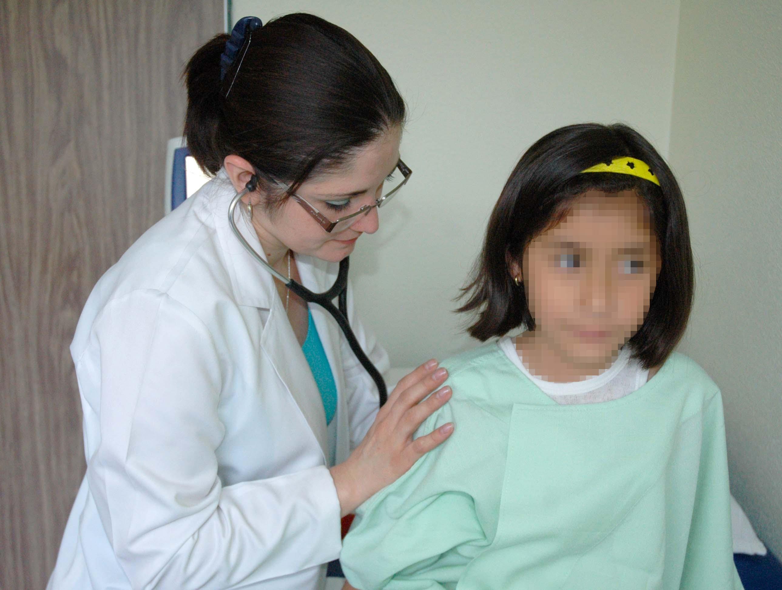 Revisión médica a la niña.
