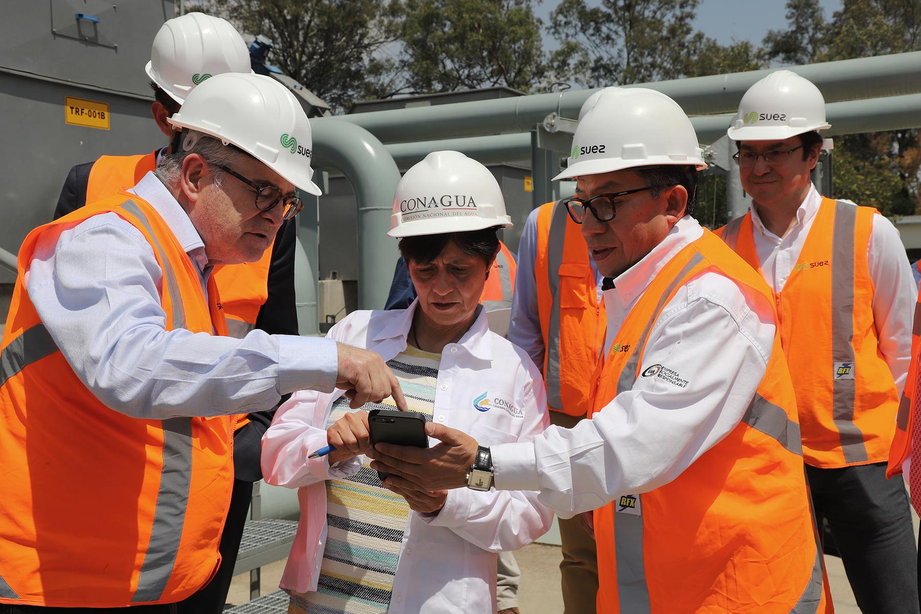La Directora General de la Conagua, Blanca Jiménez Cisneros, y técnicos encargados de la PTAR, realizaron un recorrido de supervisión por la planta Chapultepec