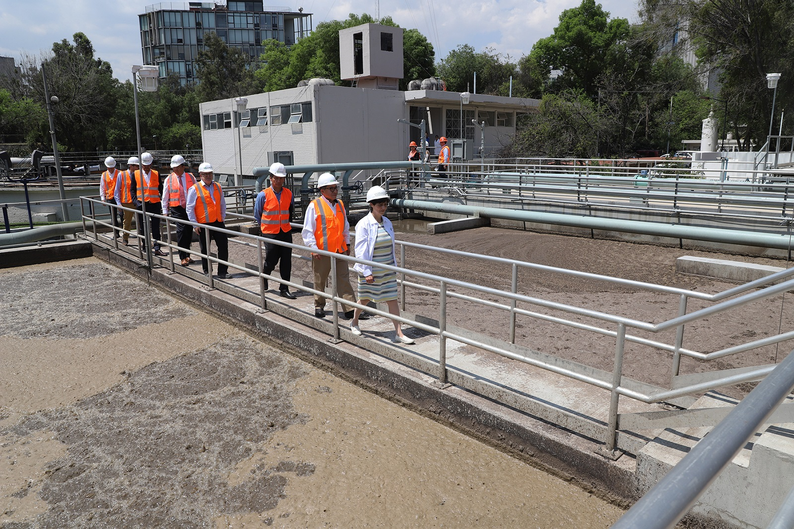 La Directora General de la Conagua, Blanca Jiménez Cisneros, y técnicos encargados de la PTAR, realizaron un recorrido de supervisión por la planta Chapultepec.