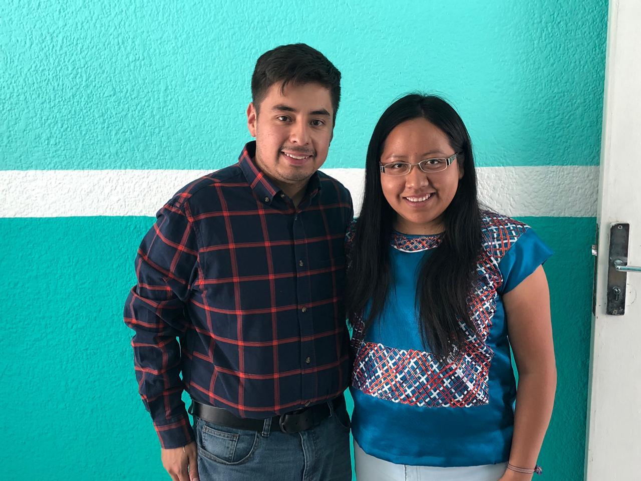 Fotografía del director de IMJUVE Guillermo Santiago con una joven del estado de jalisco en el centro de territorio joven en Tonalá, Guadalajara.