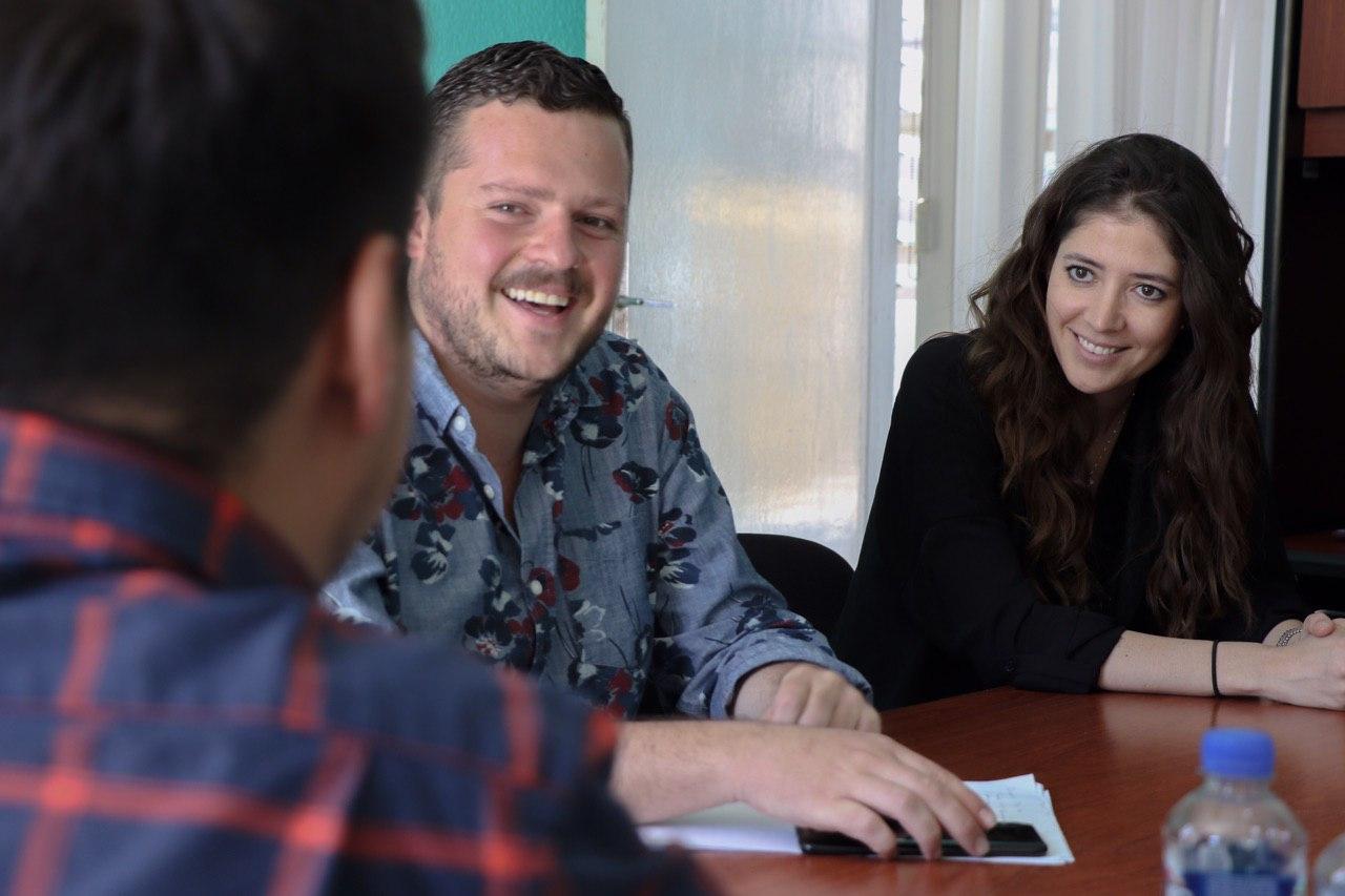 El director de IMJUVE Guillermo Santiago está disfrutando de una conversación con dos jóvenes de la Secretaría de Igualdad Sustantiva entre Mujeres y Hombres