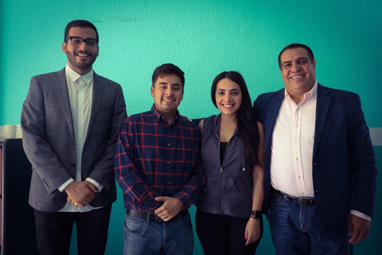 Fotografía tomada entre Guillermo Santiago director del IMJUVE y tres representantes de la Secretaría de Igualdad Sustantiva entre Mujeres y Hombres del estado de jalisco.