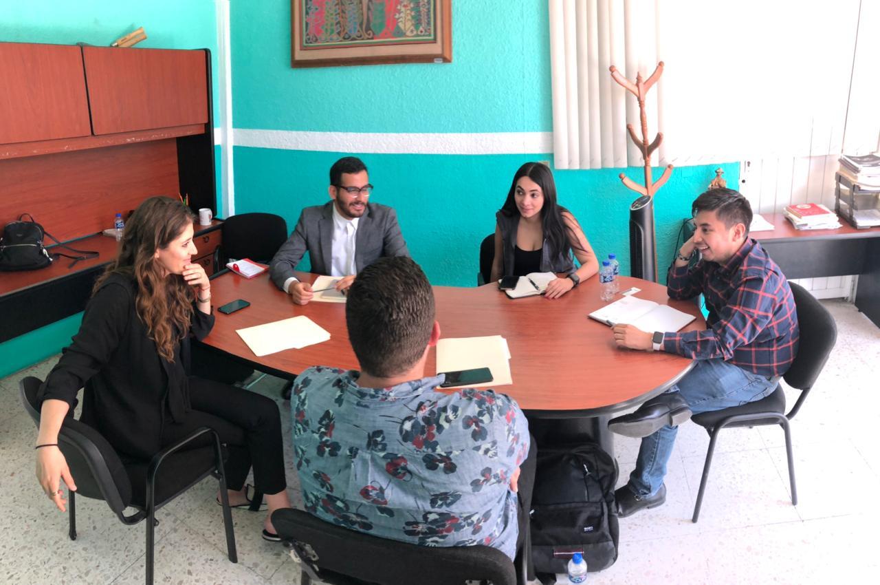 Mesa de trabajo donde participan el director de IMJUVE Guillermo Santiago y representantes de la Secretaría de Igualdad Sustantiva entre mujeres y hombres de Jalisco pensando en trabajar de la mano con la Dirección de Diversidad Sexual para incidir en todas las juventudes