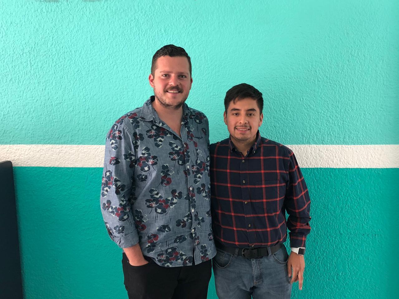 Guillermo Santiago, director del Instituto Mexicano de la Juventud se está tomando una fotografía con un representante Secretaría de Igualdad Sustantiva entre mujeres y hombres de Jalisco