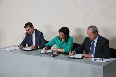 El SAT firma acuerdo para combatir evasión fiscal en el mercado de las bebidas alcohólicas