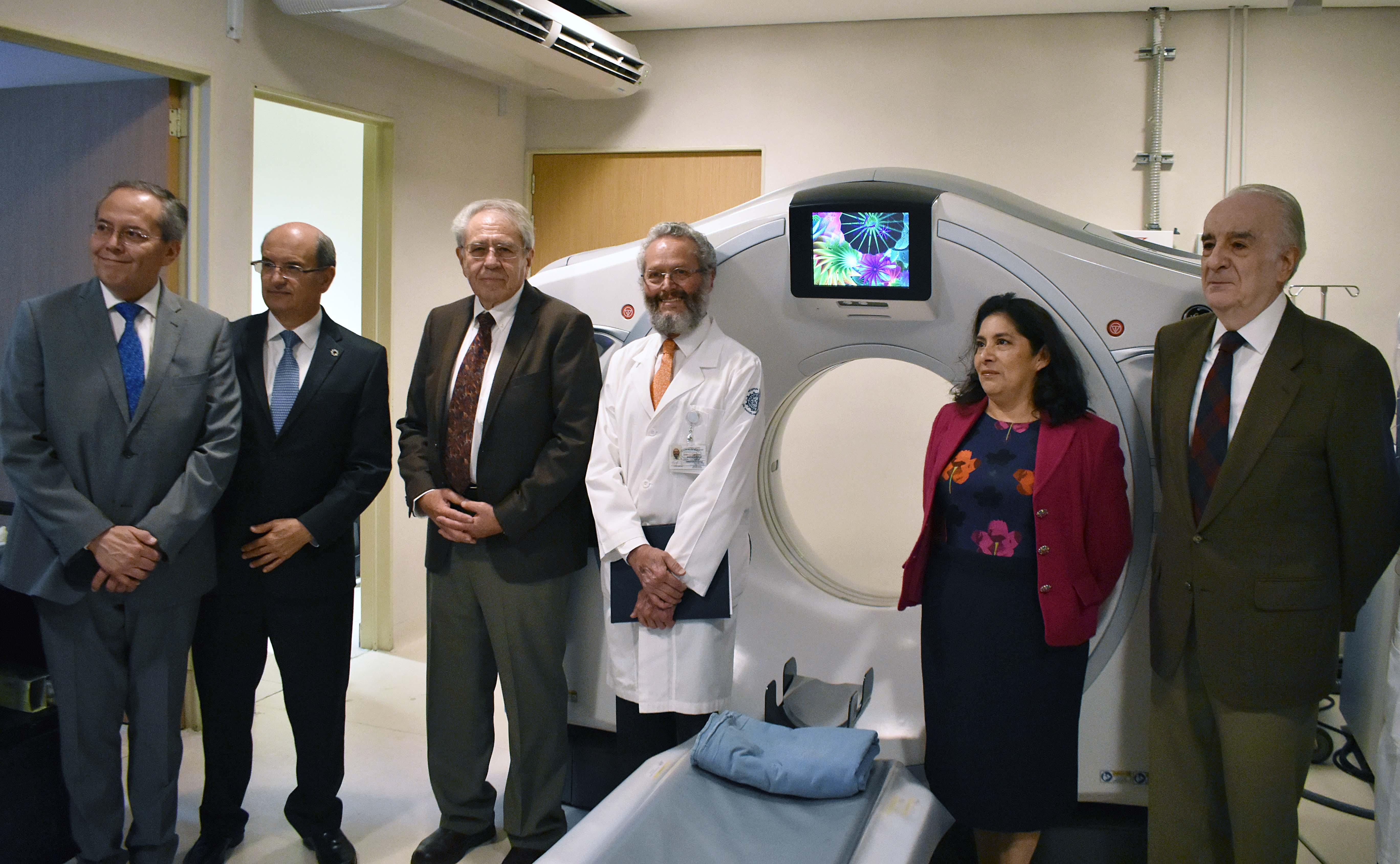 El Dr. Jorge Alcocer Varela, Secretario de Salud, junto al Dr. Octavio Sierra en la inauguración del tomógrafo del Hospital General Dr. Manuel Gea González.