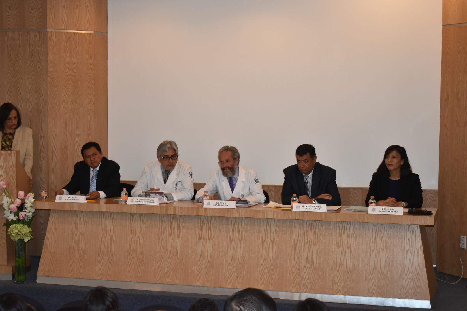 El Dr. Octavio Sierra Martínez en la ceremonia de clausura de diplomados en el Hospital General Dr. Manuel Gea González